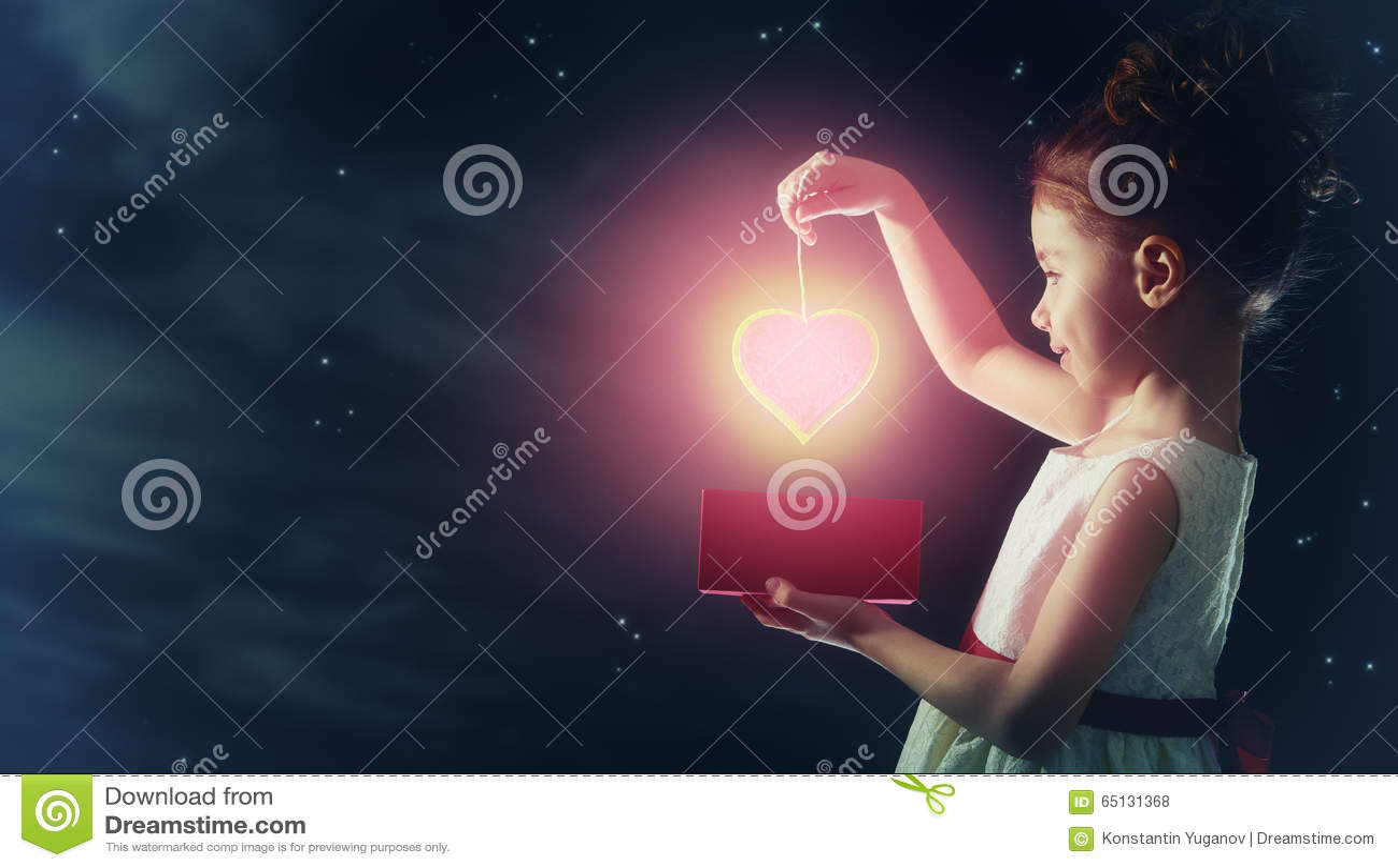Fille avec le coeur rouge