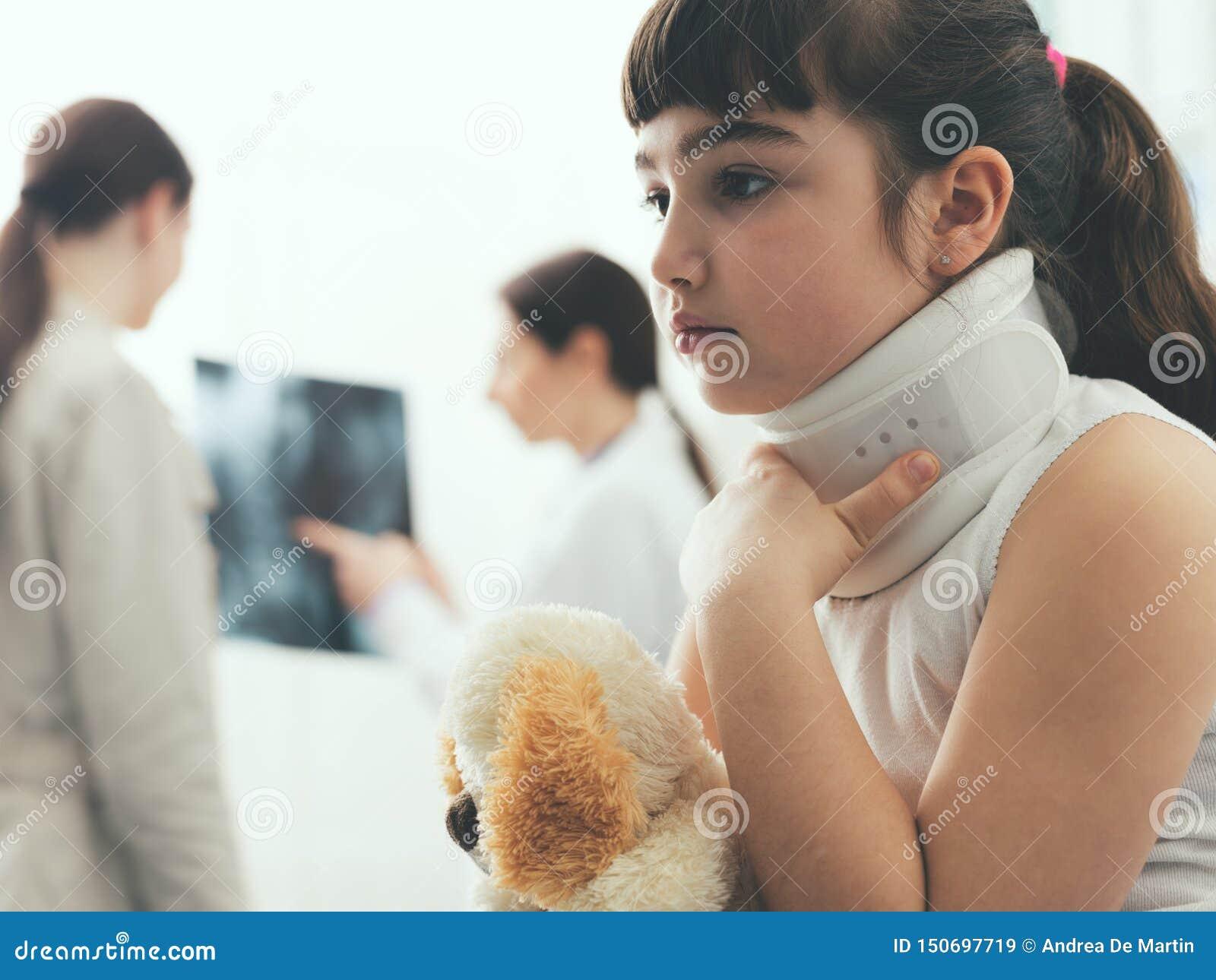 Fille avec le collier cervical dans le bureau du docteur
