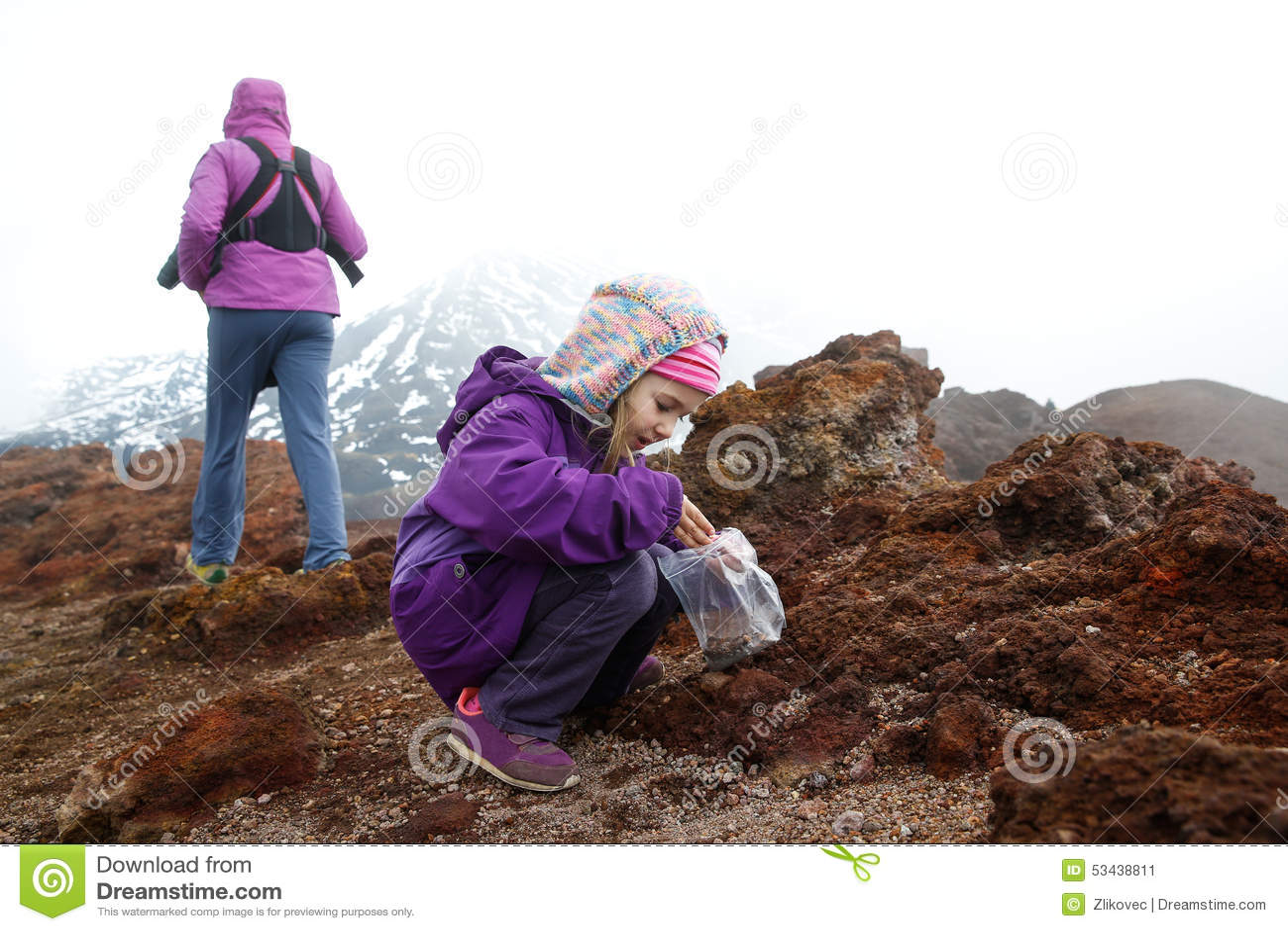 Fille avec le frère de mère et de bébé sur le mont Etna