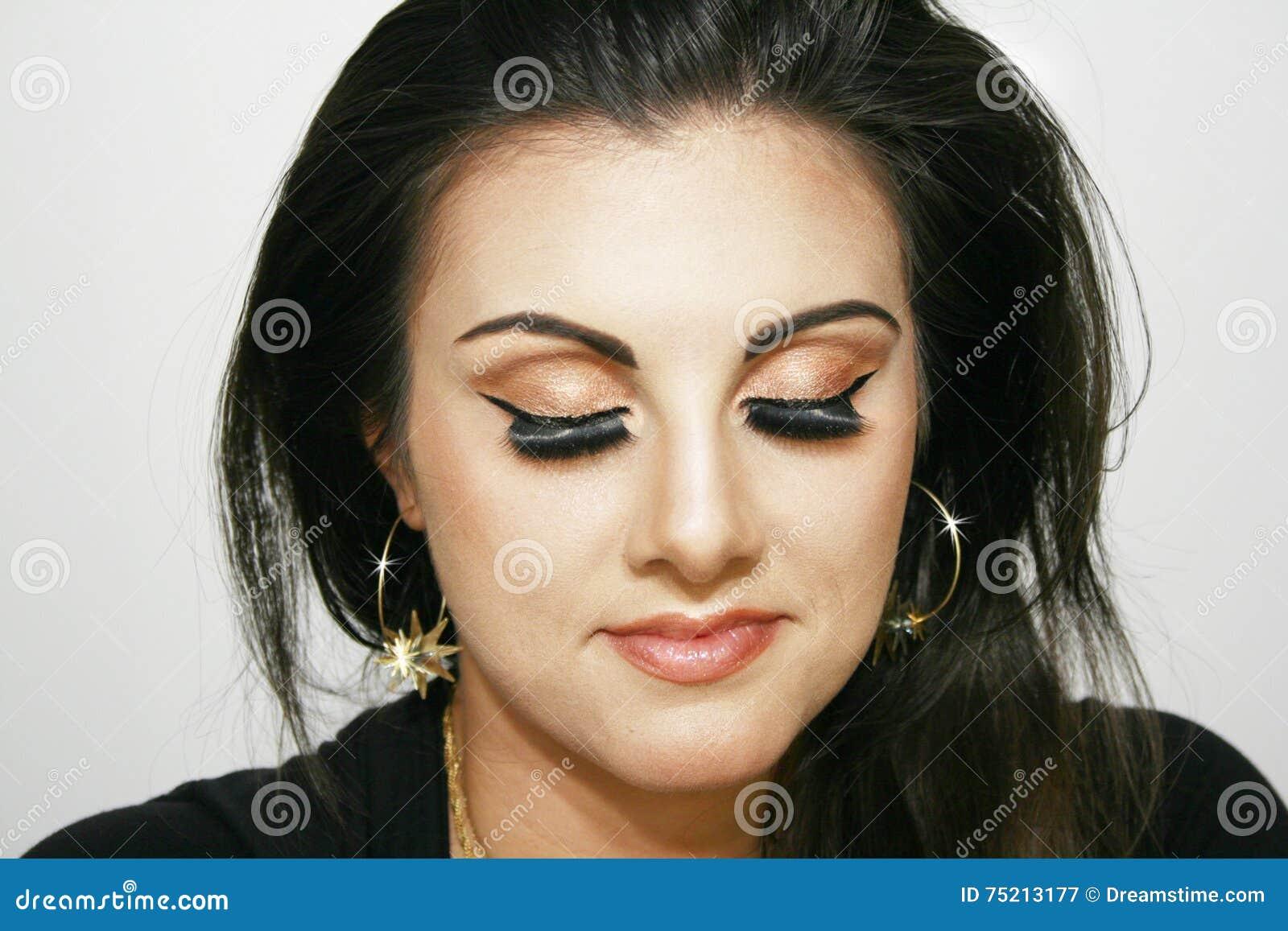 Fille avec le maquillage brun d oeil, fille de beauté,