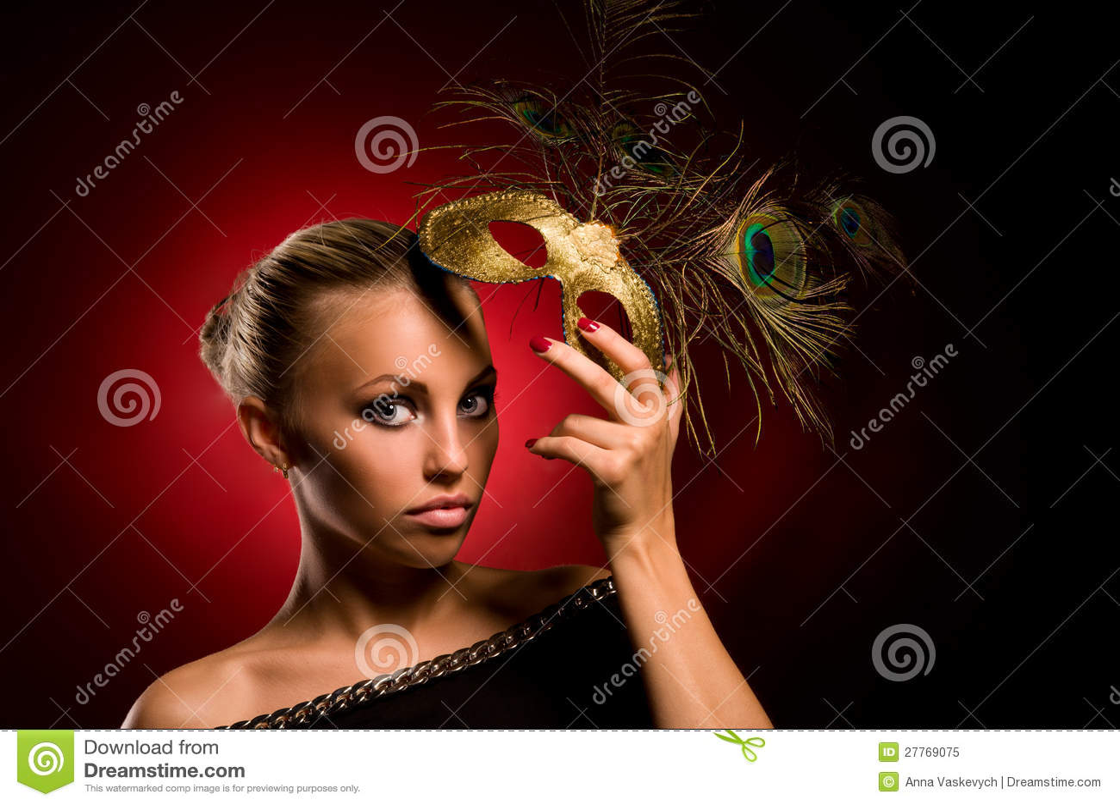 Fille avec le masque de carnaval à disposition