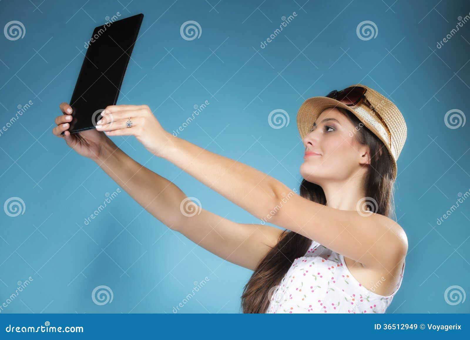 Fille avec le PC de touchpad de lecteur d ebook de tablette