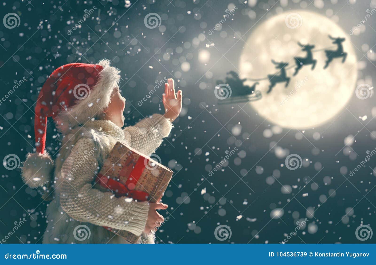 Fille avec le présent à Noël