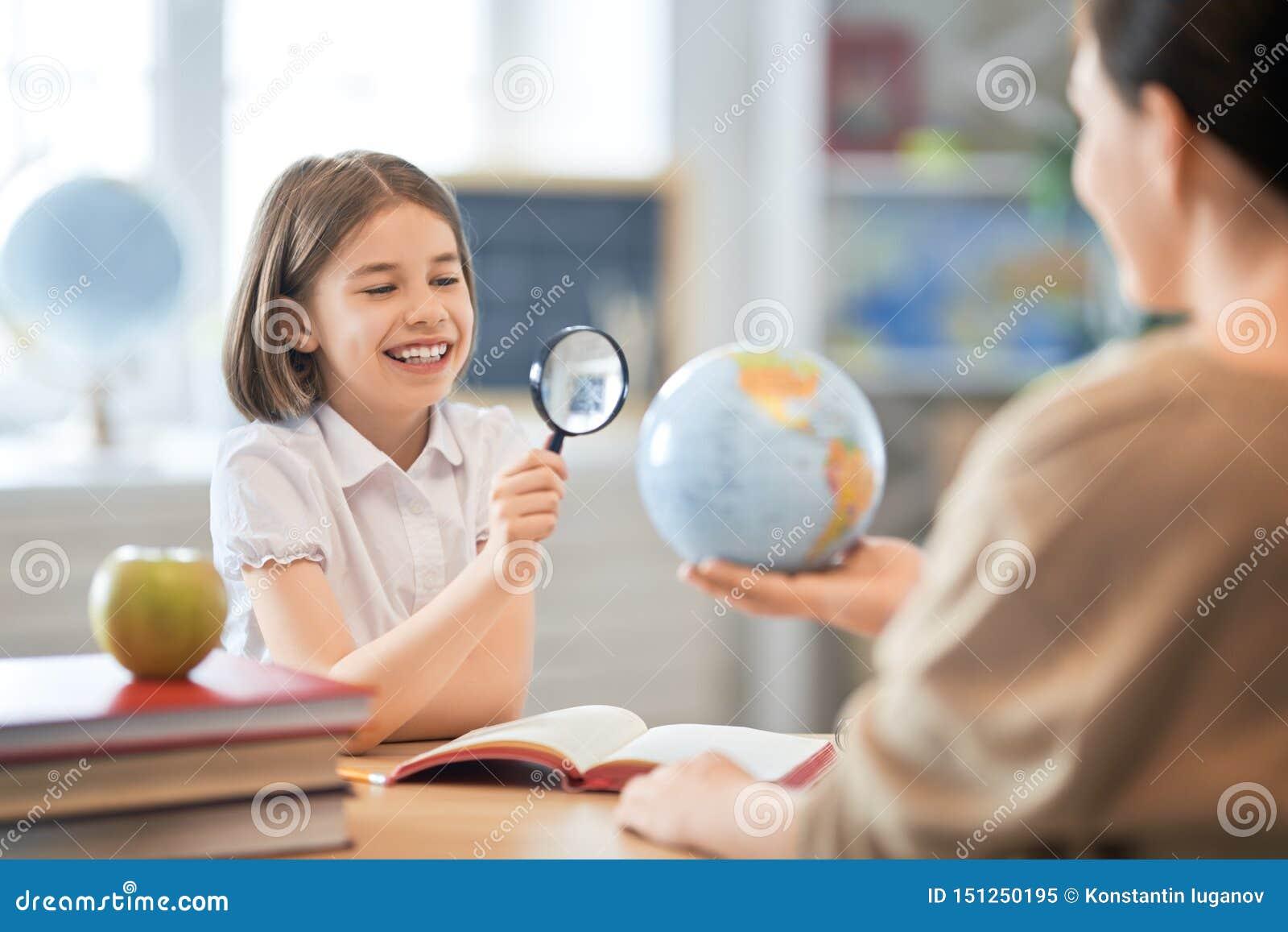 Fille avec le professeur dans la salle de classe