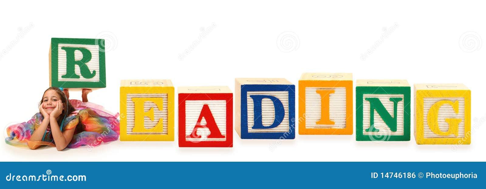 Fille avec le relevé de bloc d alphabet