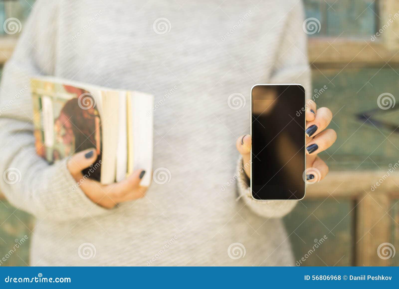 Fille avec le téléphone portable et les livres vides