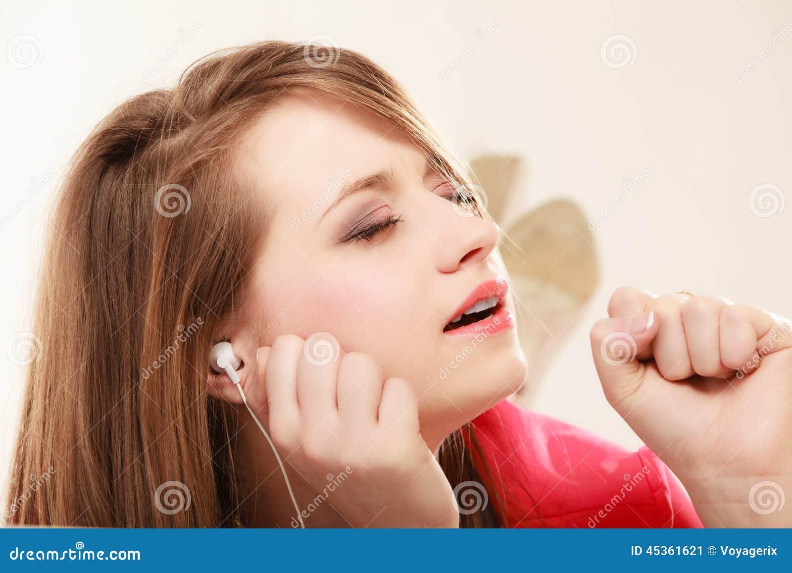 Fille avec les écouteurs blancs écoutant la musique