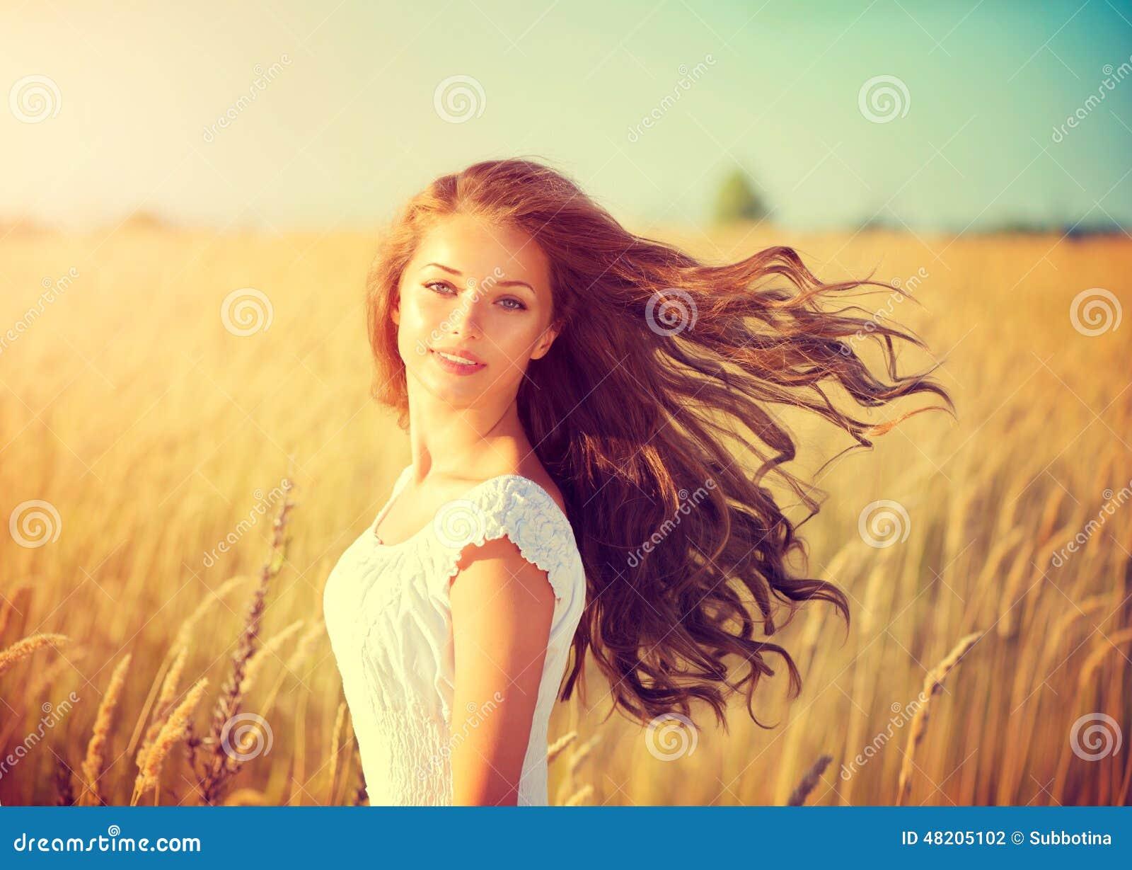 Fille avec les cheveux de soufflement appréciant la nature