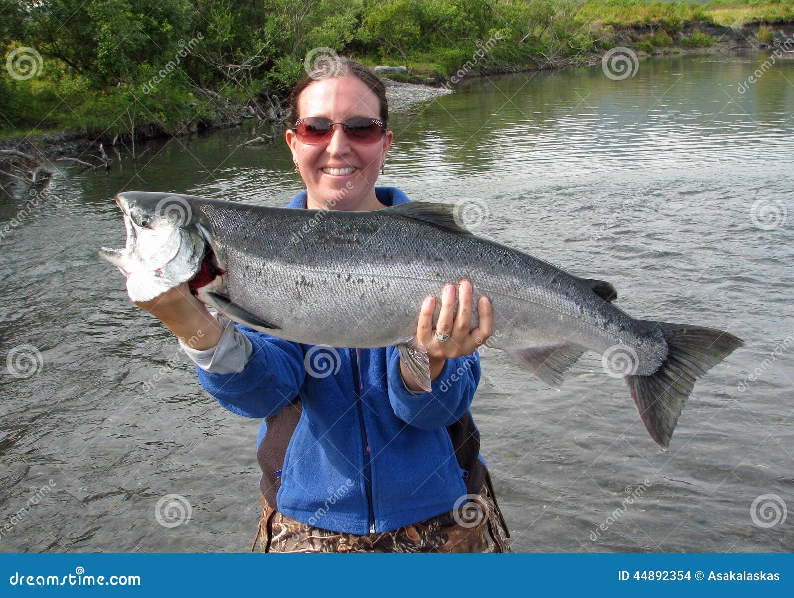 Fille avec les saumons argentés