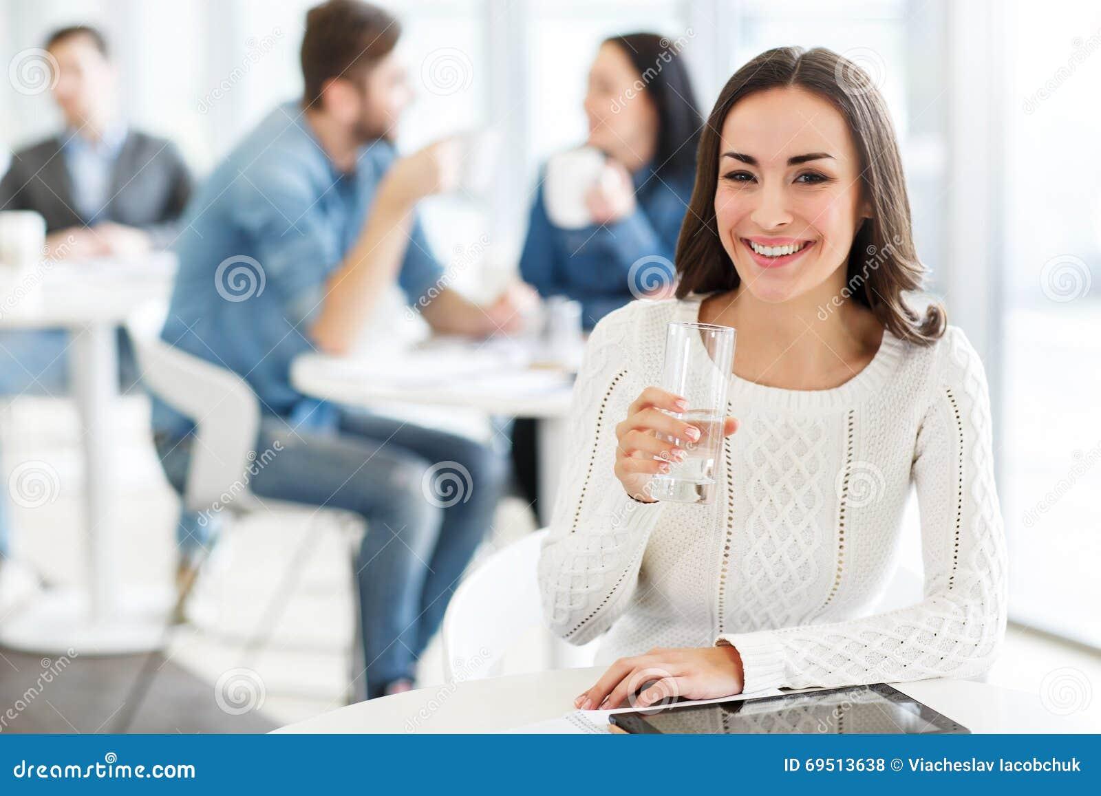 fille avec plaisir s 39 asseyant dans le caf photo stock image 69513638. Black Bedroom Furniture Sets. Home Design Ideas
