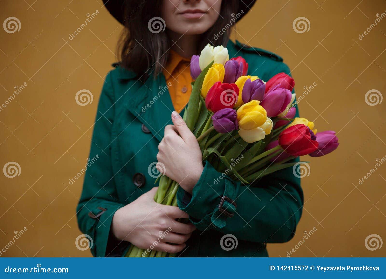 Fille avec un bouquet des fleurs
