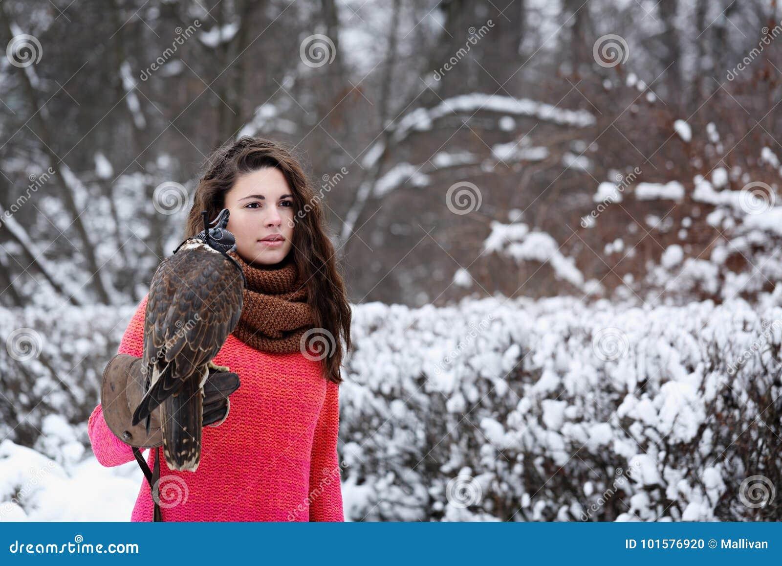 Fille avec un faucon