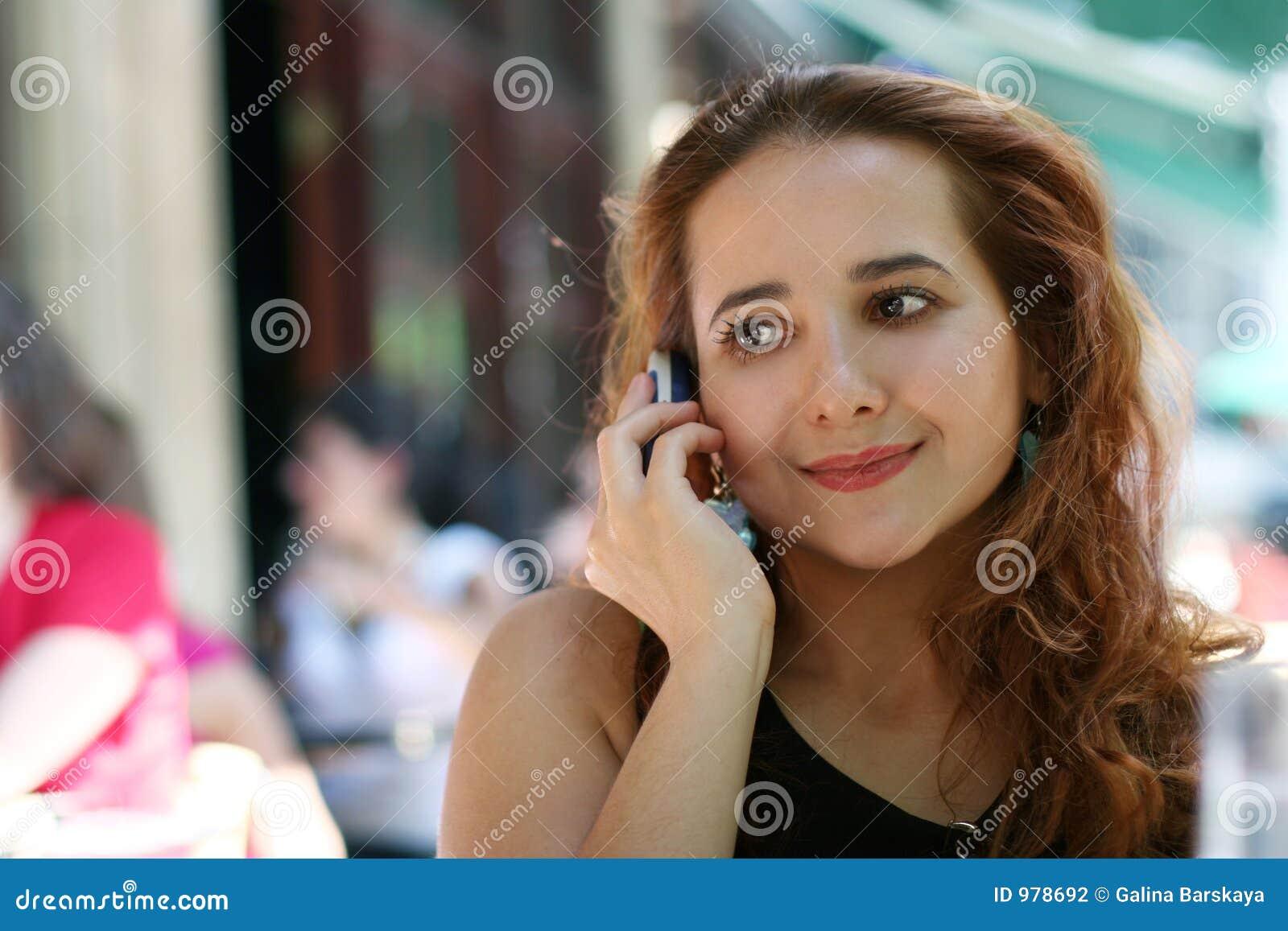 Fille avec un téléphone