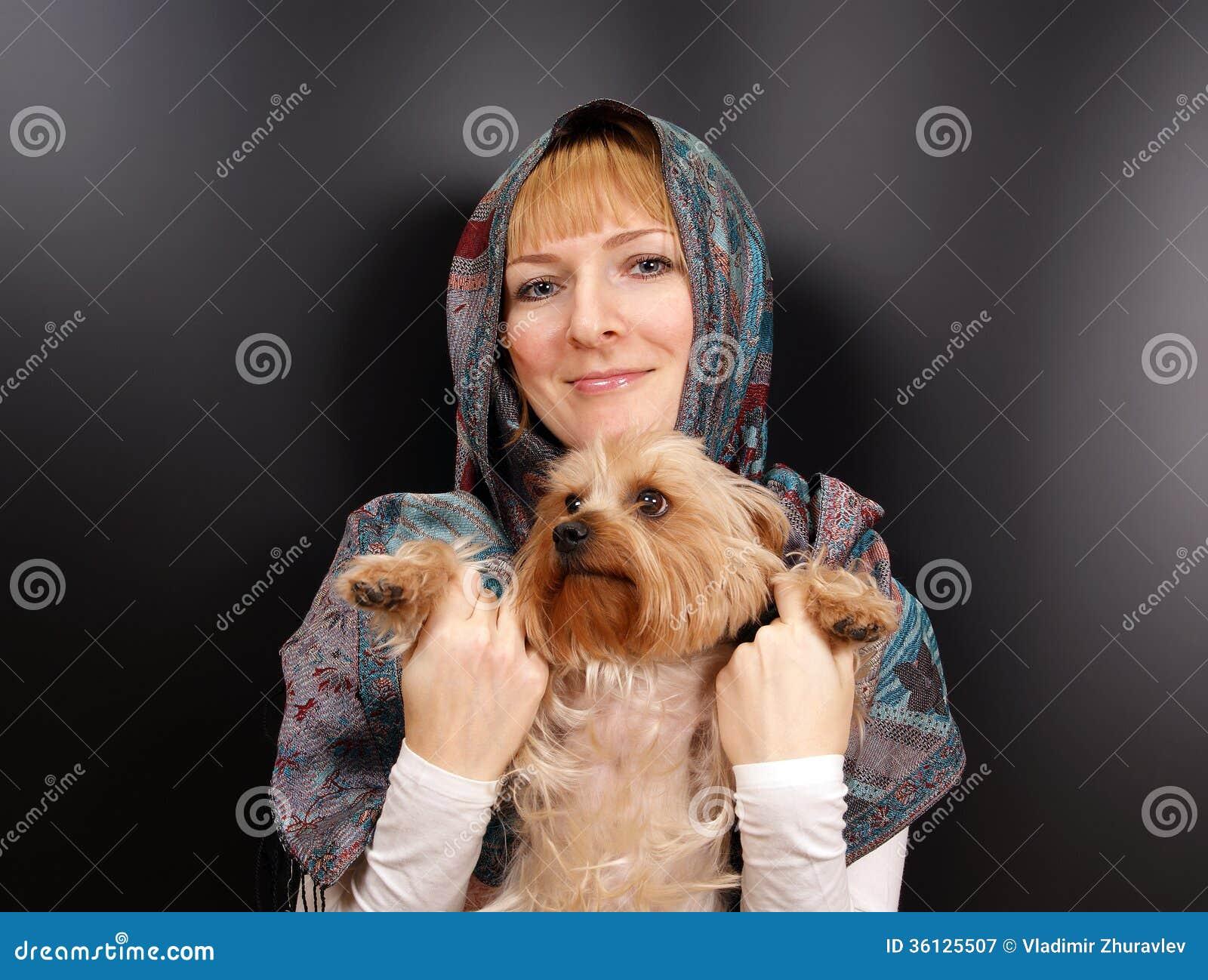 Fille avec un terrier de Yorkshire