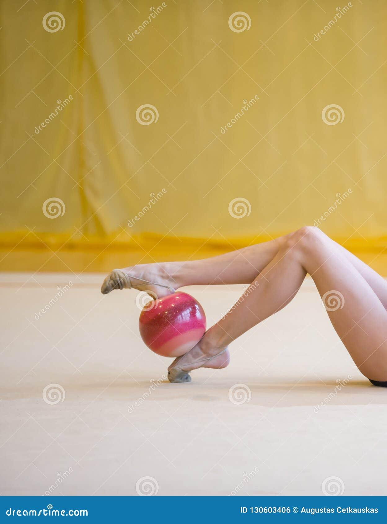 Fille avec une boule rouge de gymnastique rythmique Flexibilité dans l acrobate