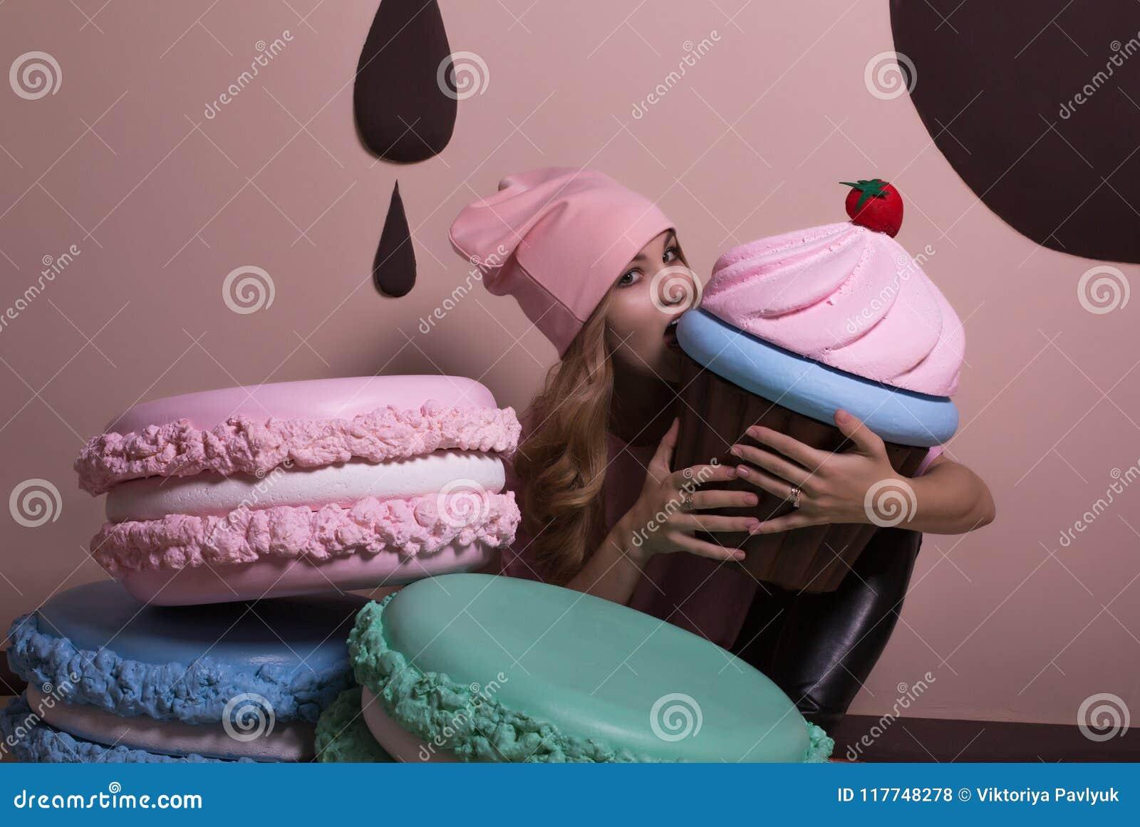 Fille blonde assez jeune utilisant le T-shirt et le chapeau roses, Bi acéré