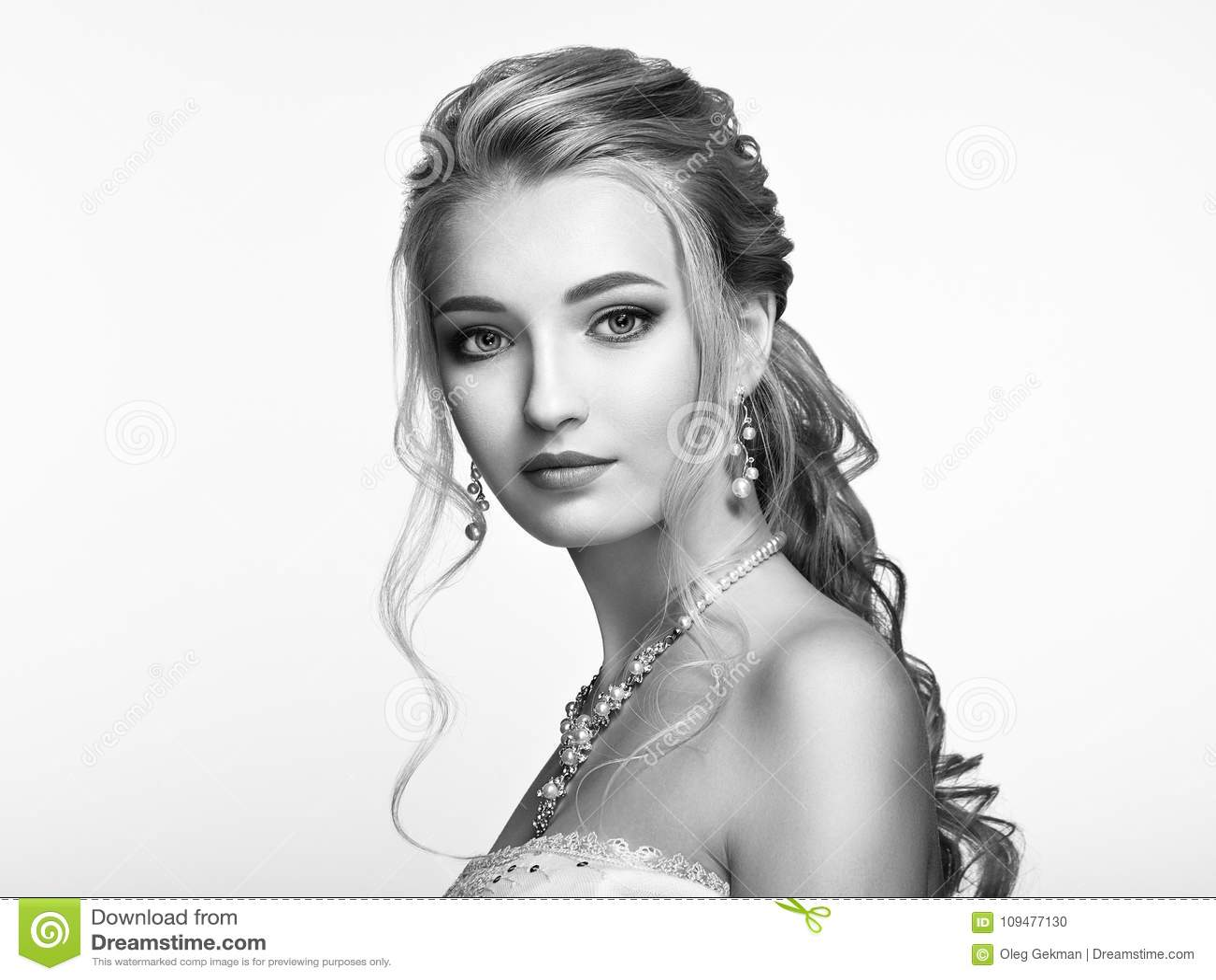 Fille blonde avec de longs et brillants cheveux bouclés