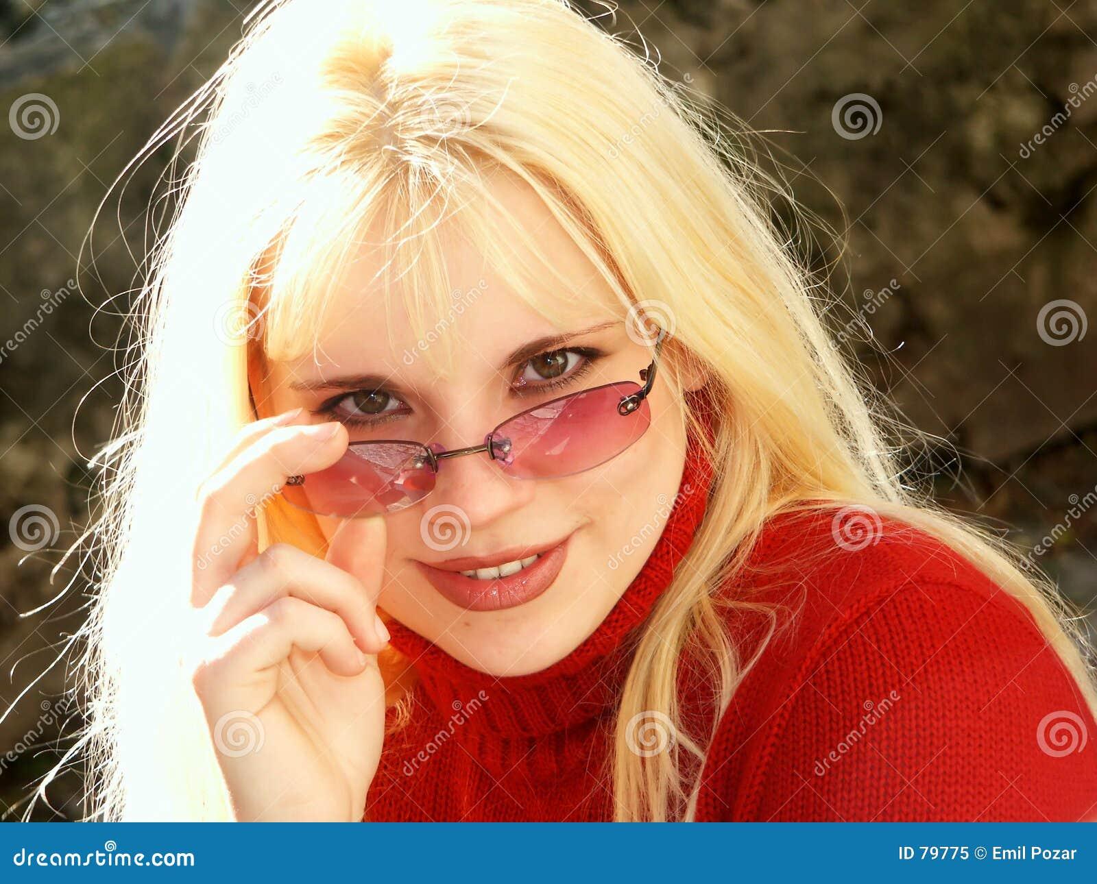 Fille blonde avec des glaces