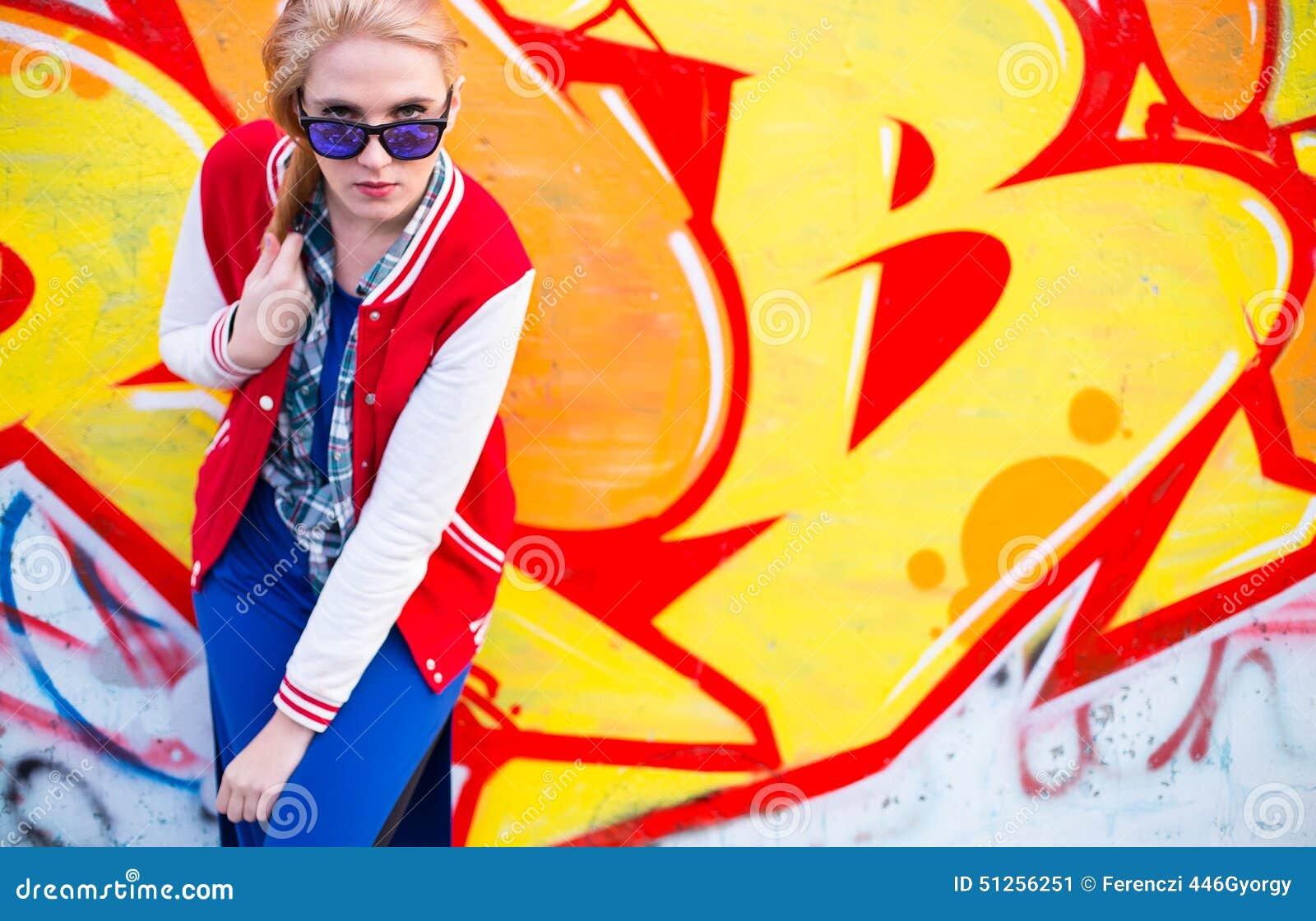 Fille blonde dans le ghetto