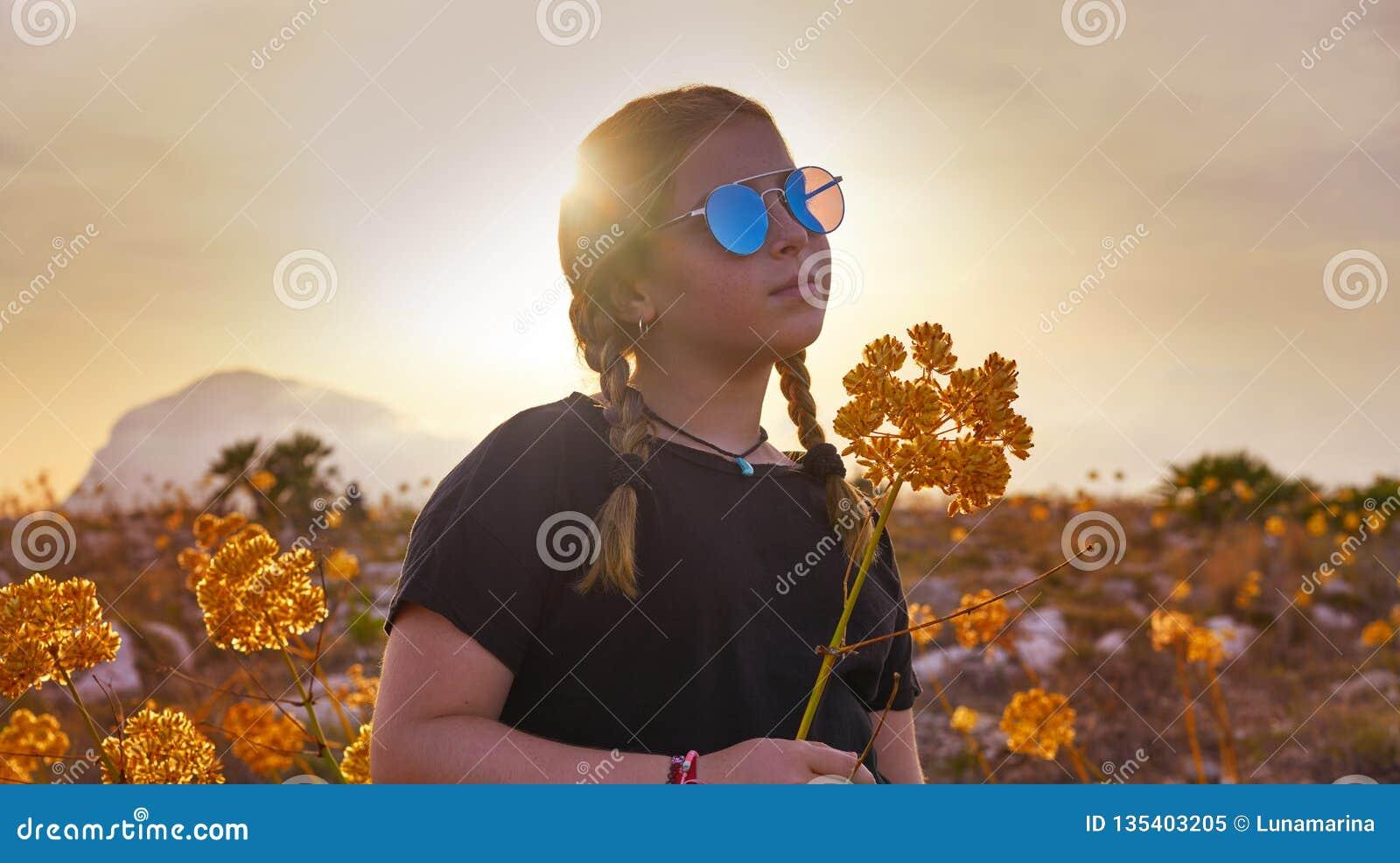 Fille blonde de pays avec des lunettes de soleil