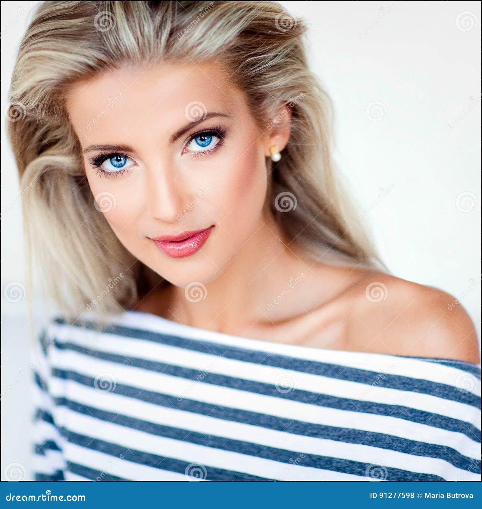 fille blonde sexy tr s belle et sensuelle avec des yeux bleus dans un streptocoque photo stock. Black Bedroom Furniture Sets. Home Design Ideas