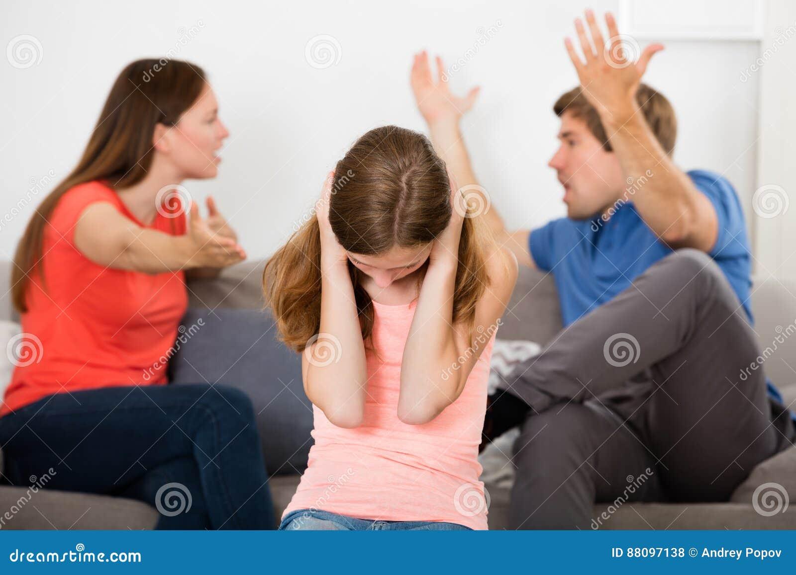 Fille bouleversée en Front Of Parent Having Argument