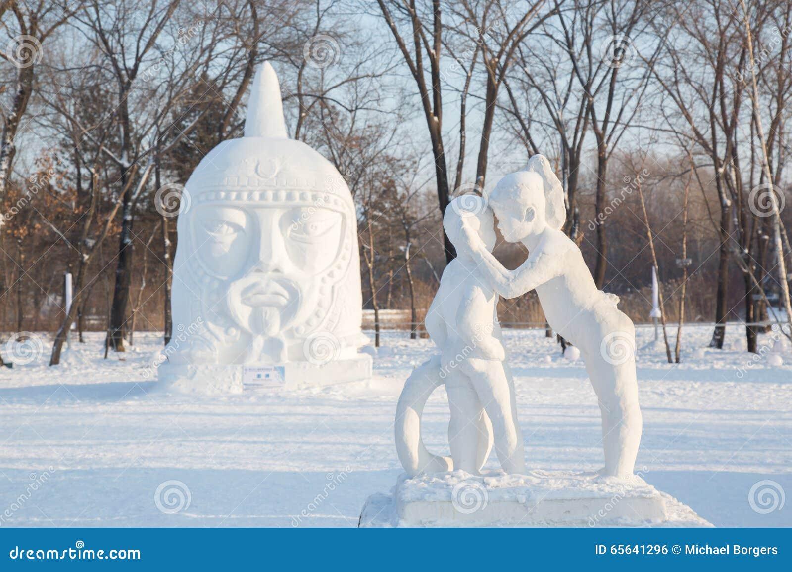 Fille chuchotant dans la sculpture en oreille de garçons