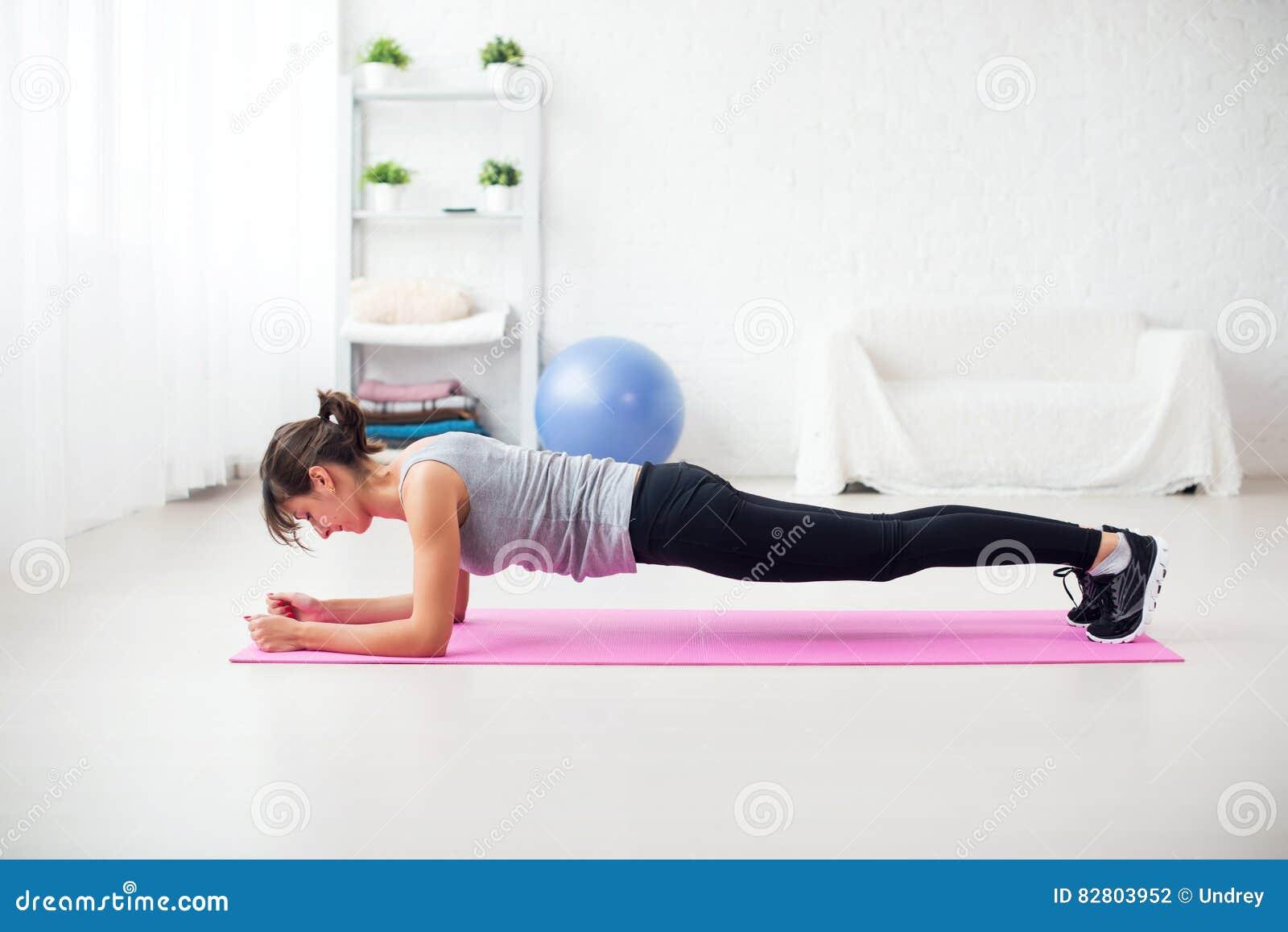 fille convenable en position de planche sur le tapis la maison l 39 exercice de salon pour la. Black Bedroom Furniture Sets. Home Design Ideas
