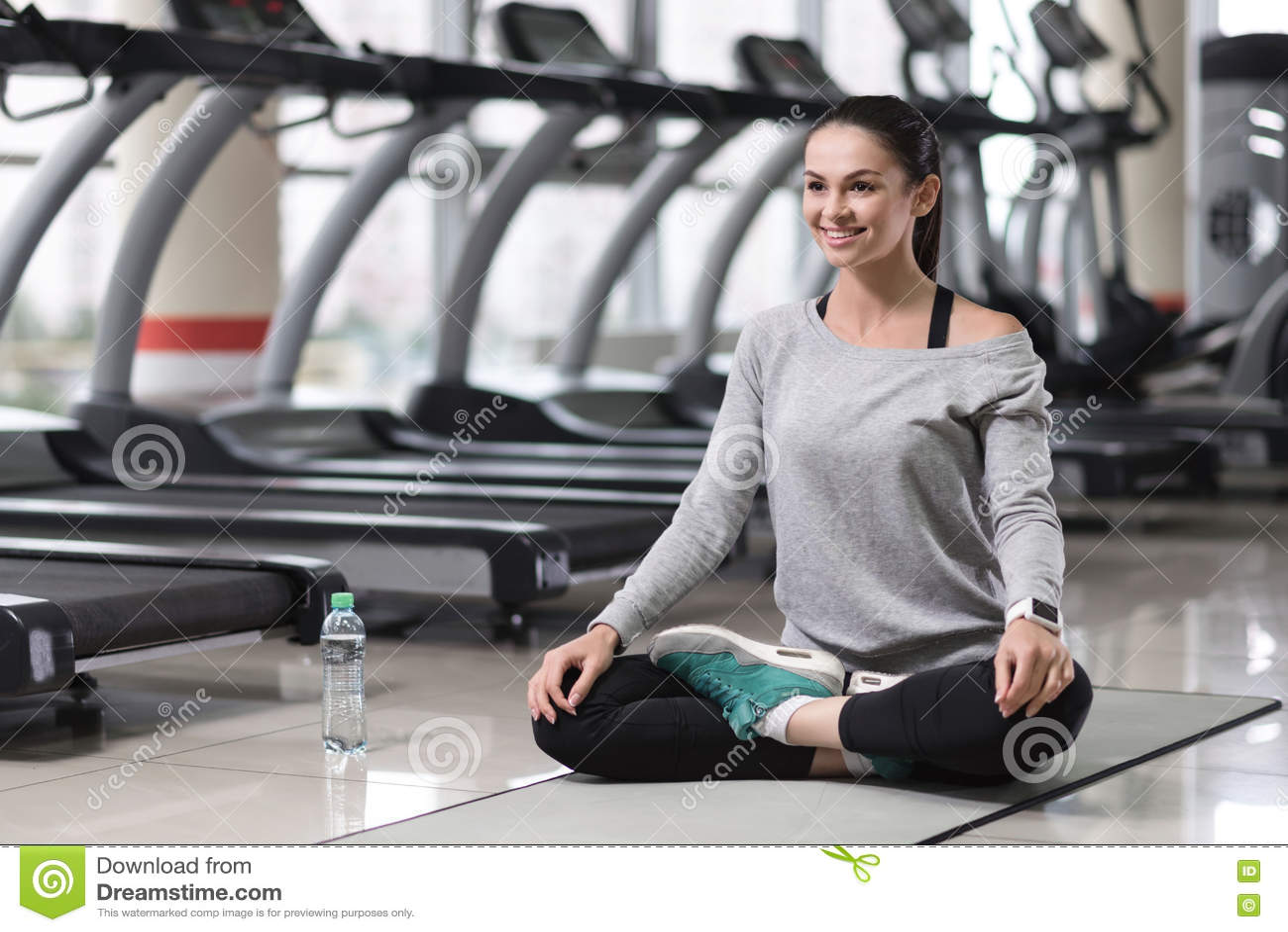Fille décontractée faisant une posture de yoga après la formation