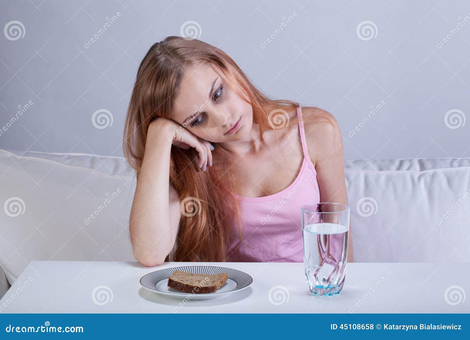 Fille déprimée avec le trouble de la nutrition