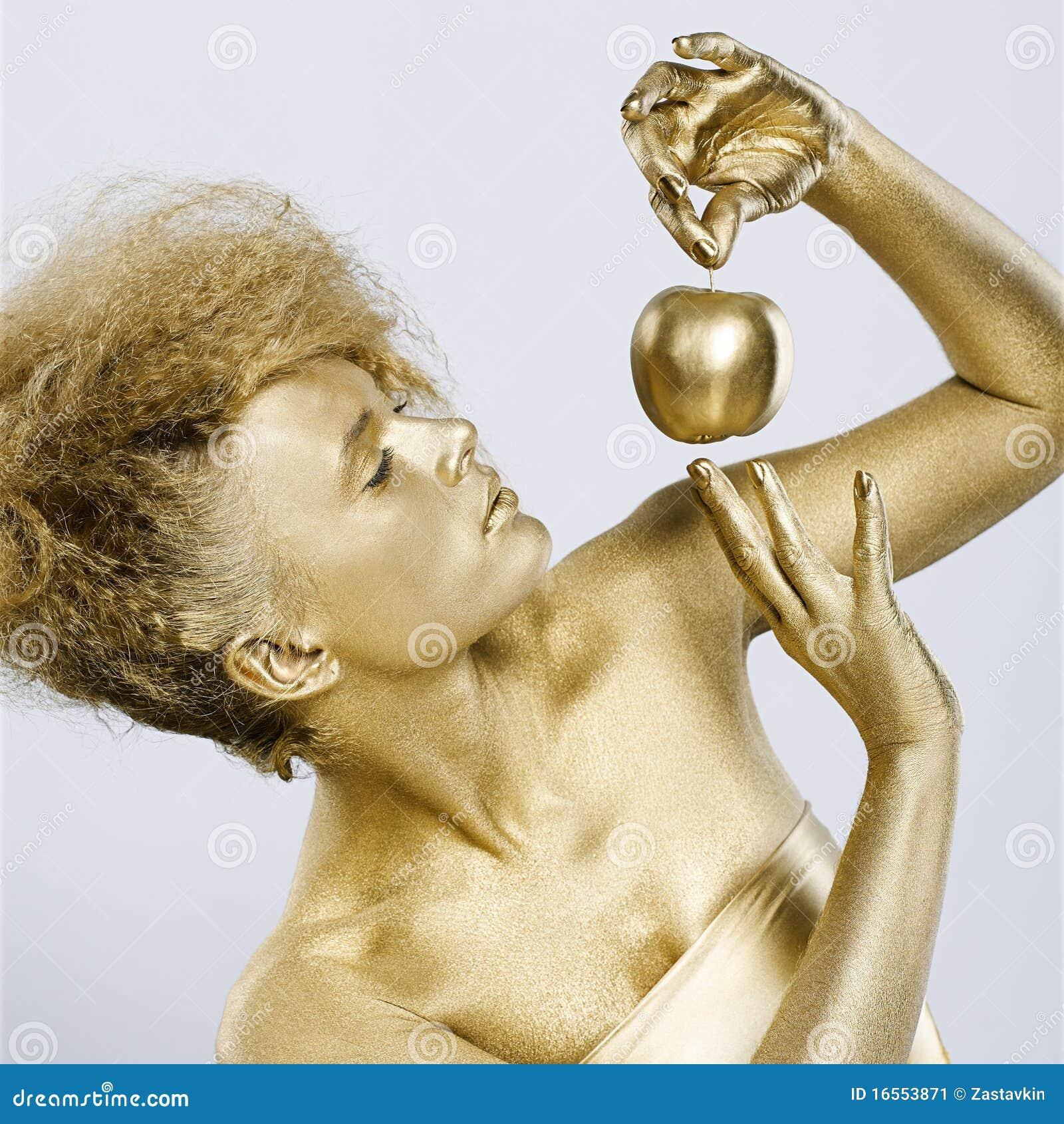 Fille d or avec la pomme