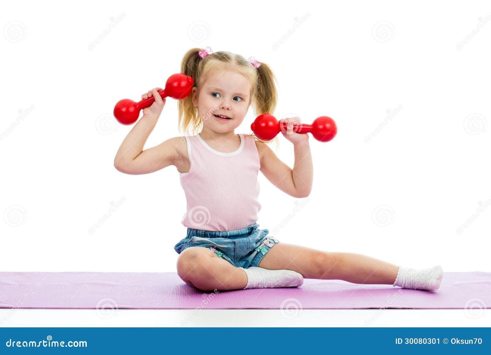 Enfant faisant des exercices avec des haltères
