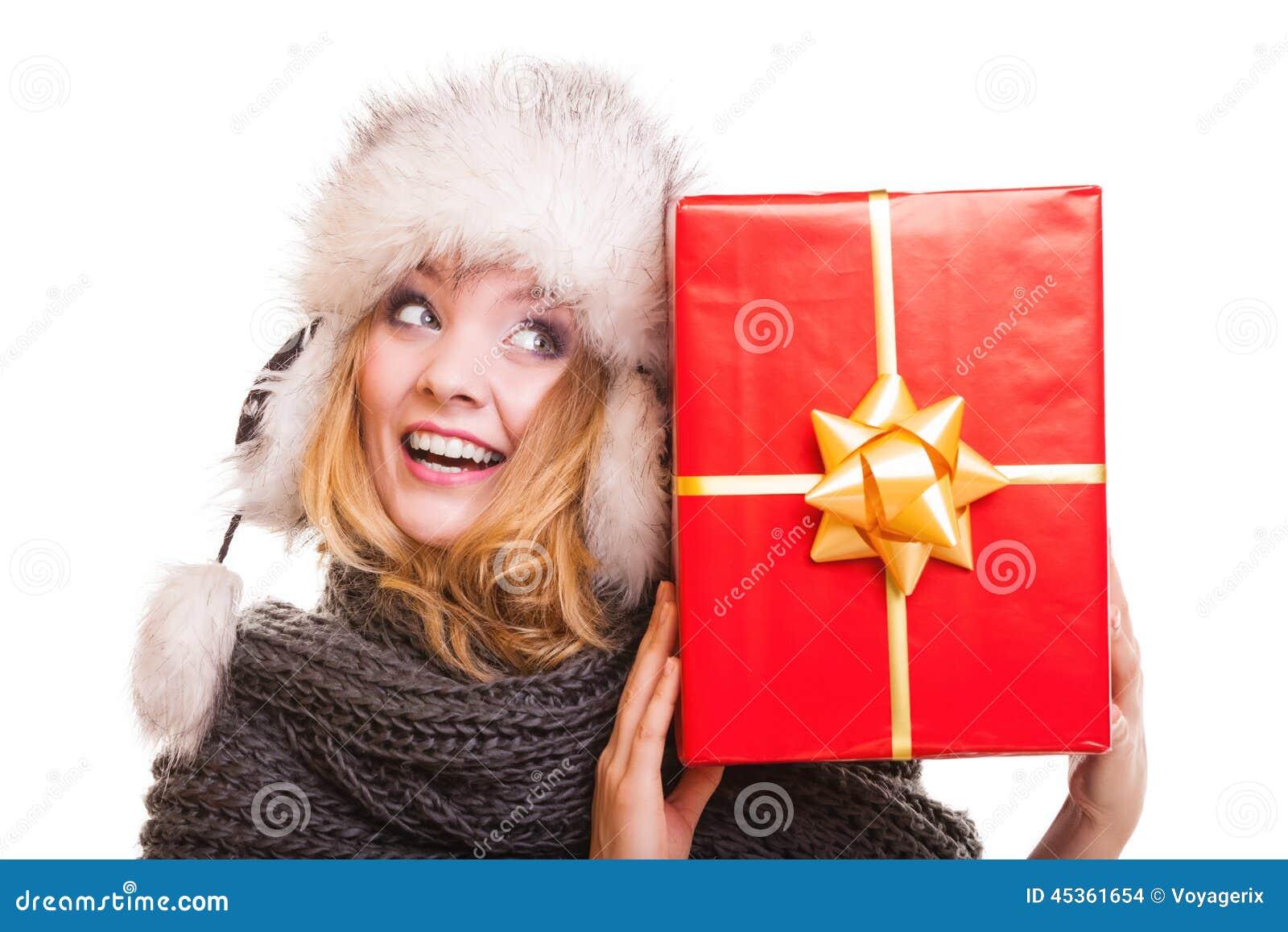 Fille d hiver avec le boîte-cadeau rouge d isolement