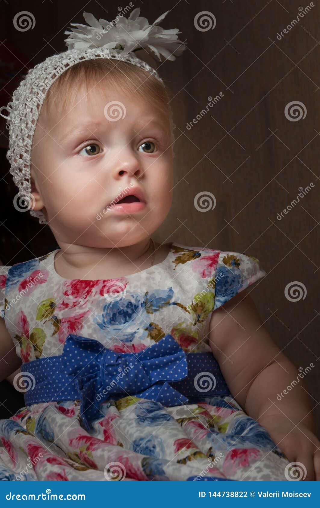 Fille d un an heureuse de portrait posant en jouant la chambre