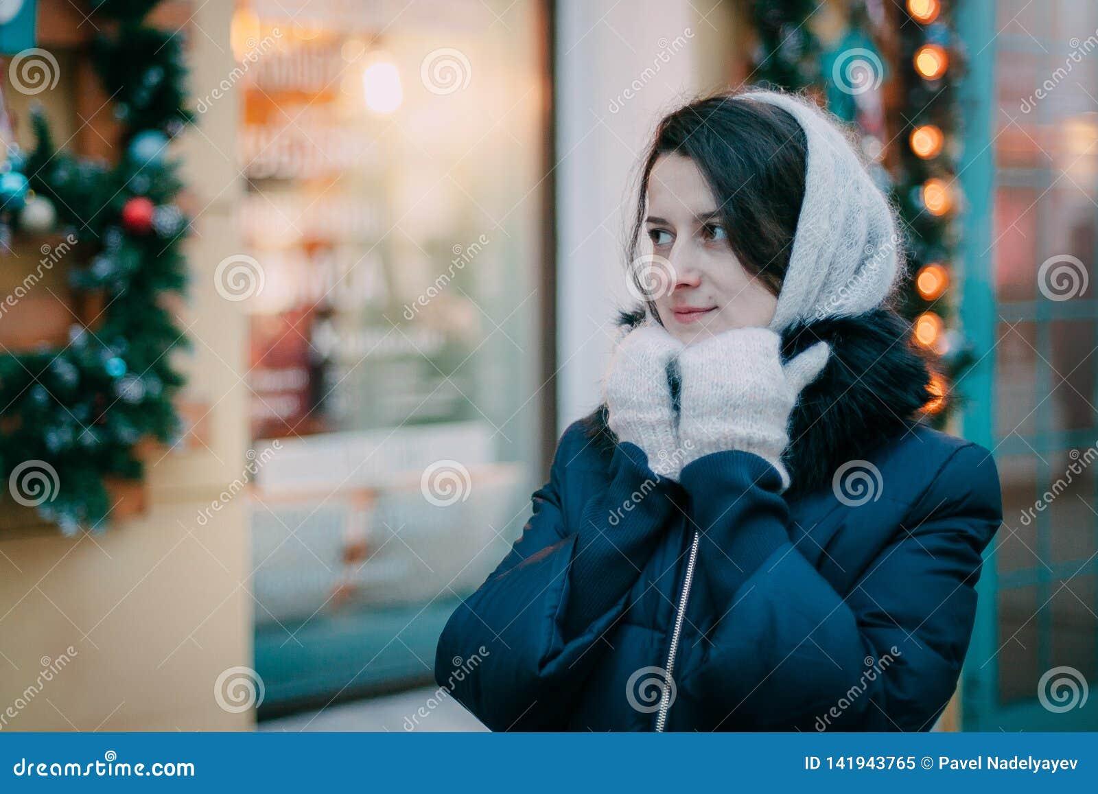 Fille dans des mitaines sur la rue à Noël Fond de Noël Mode de vie de concept, hiver, vacances, Noël heureux, nouvelle année