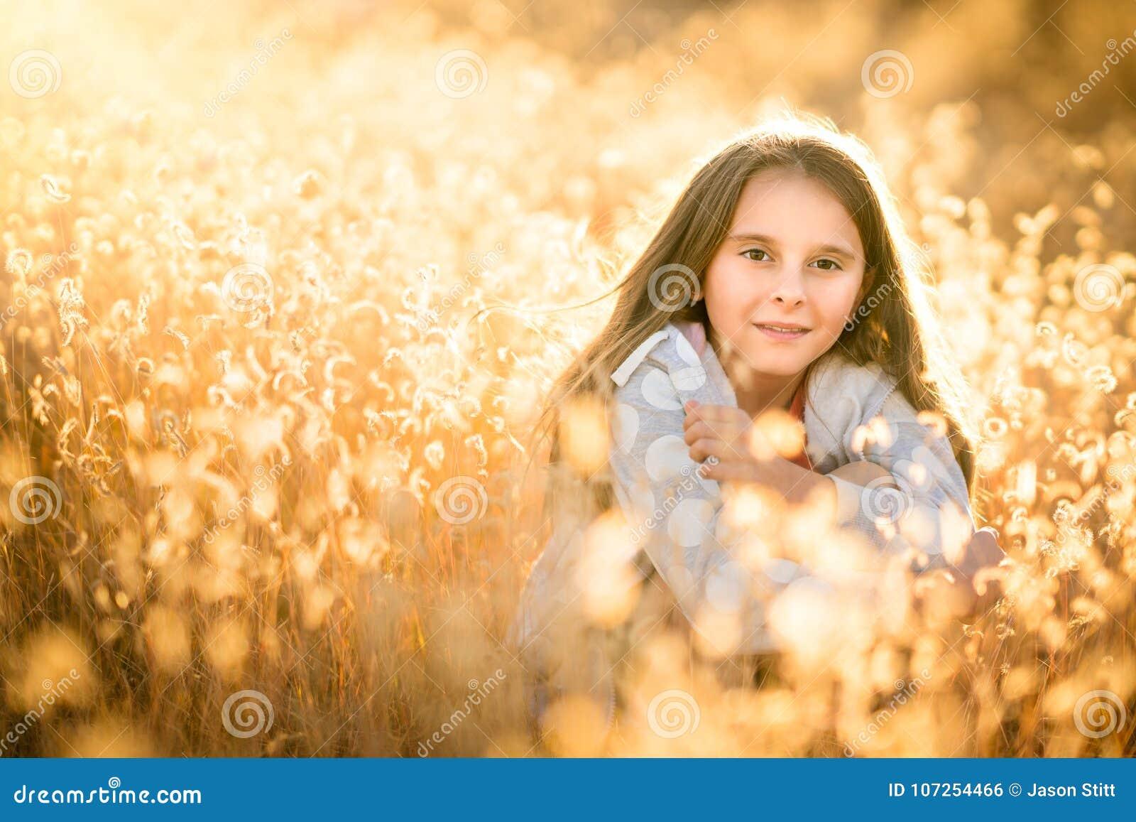 Fille dans l herbe grande sèche