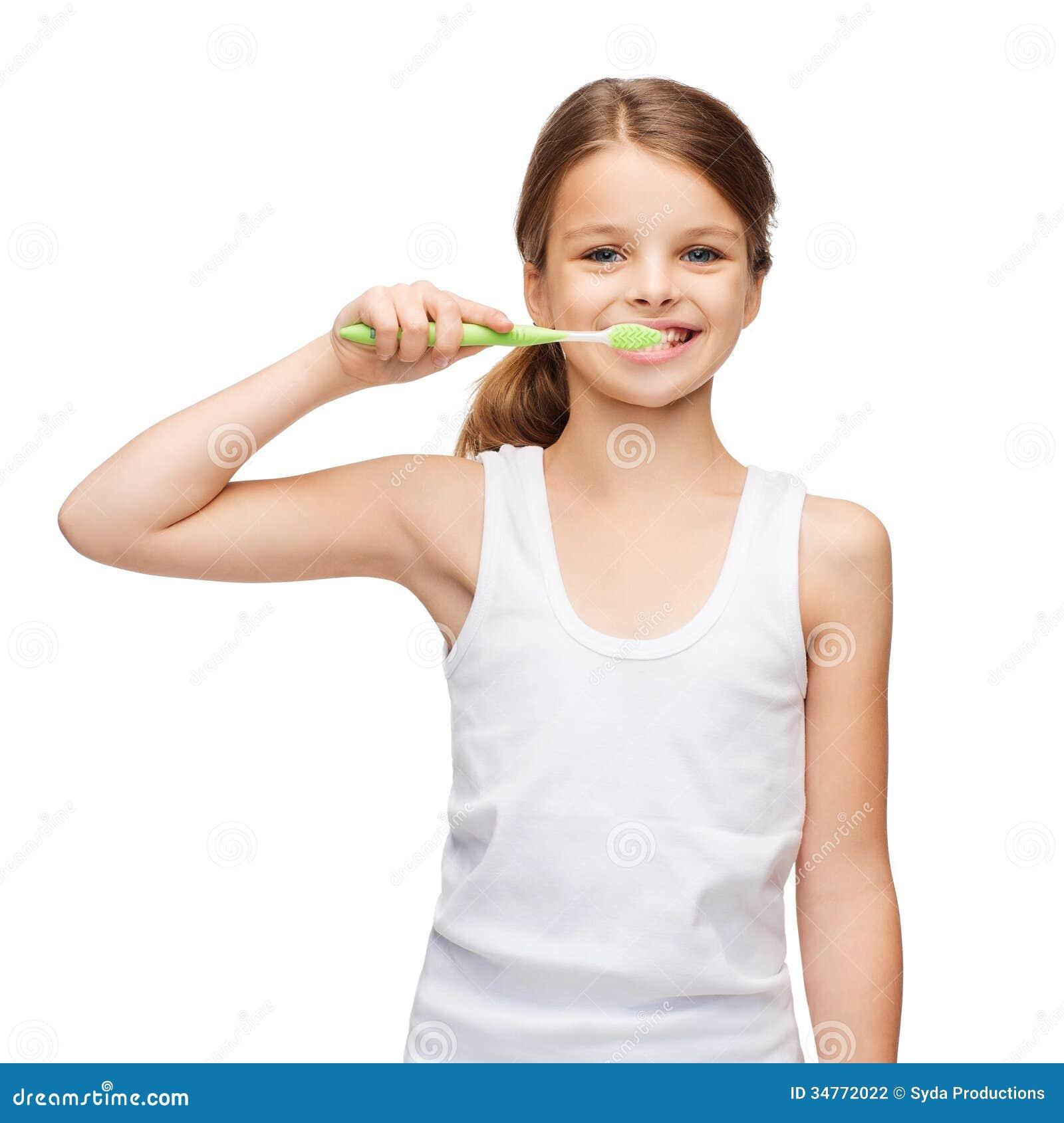 Fille dans la chemise blanche vide se brossant les dents