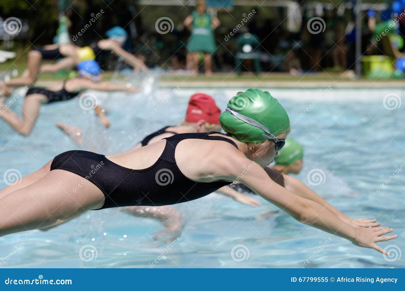 Fille dans la course de gala de natation