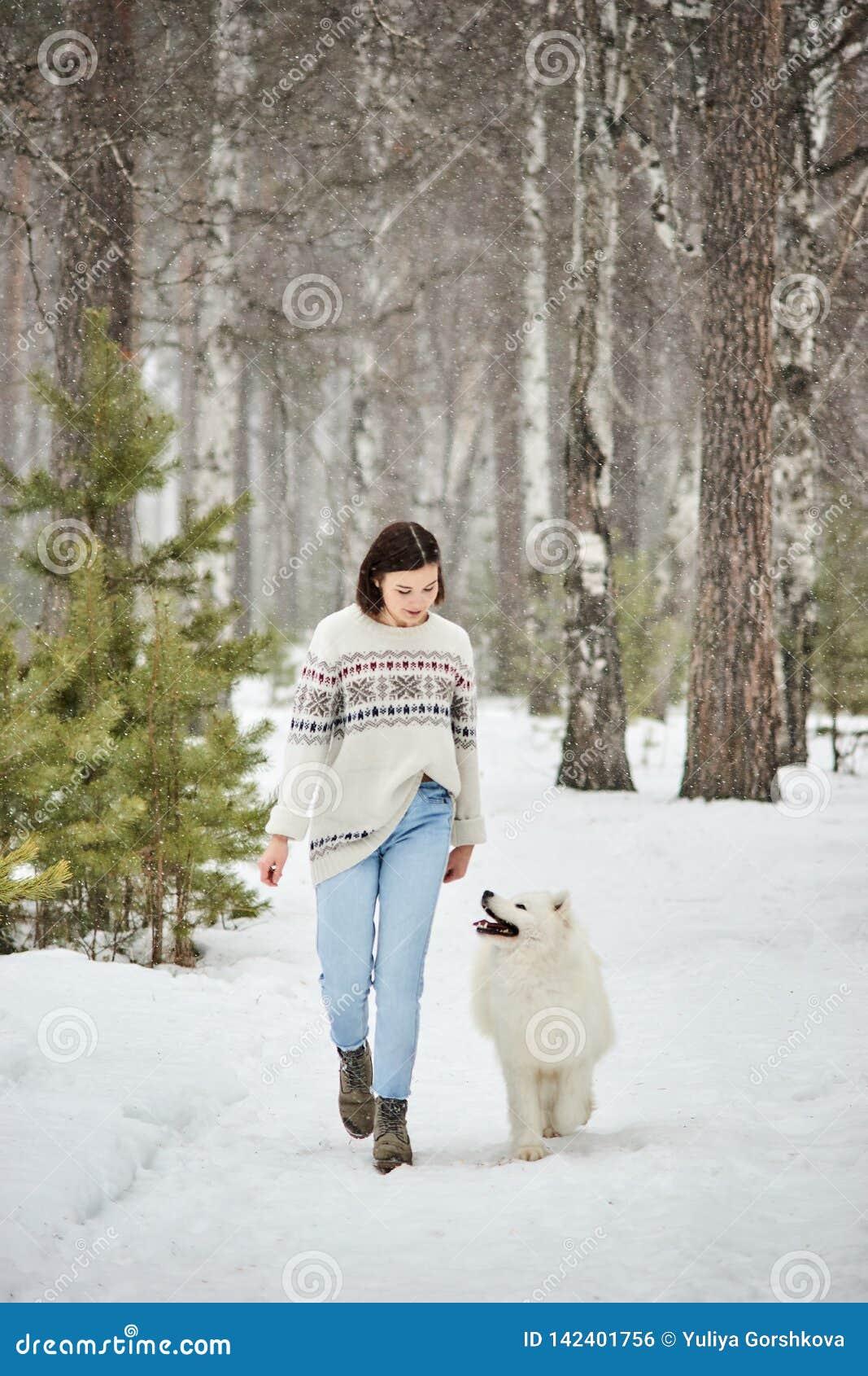 Fille dans la forêt d hiver marchant avec un chien La neige tombe