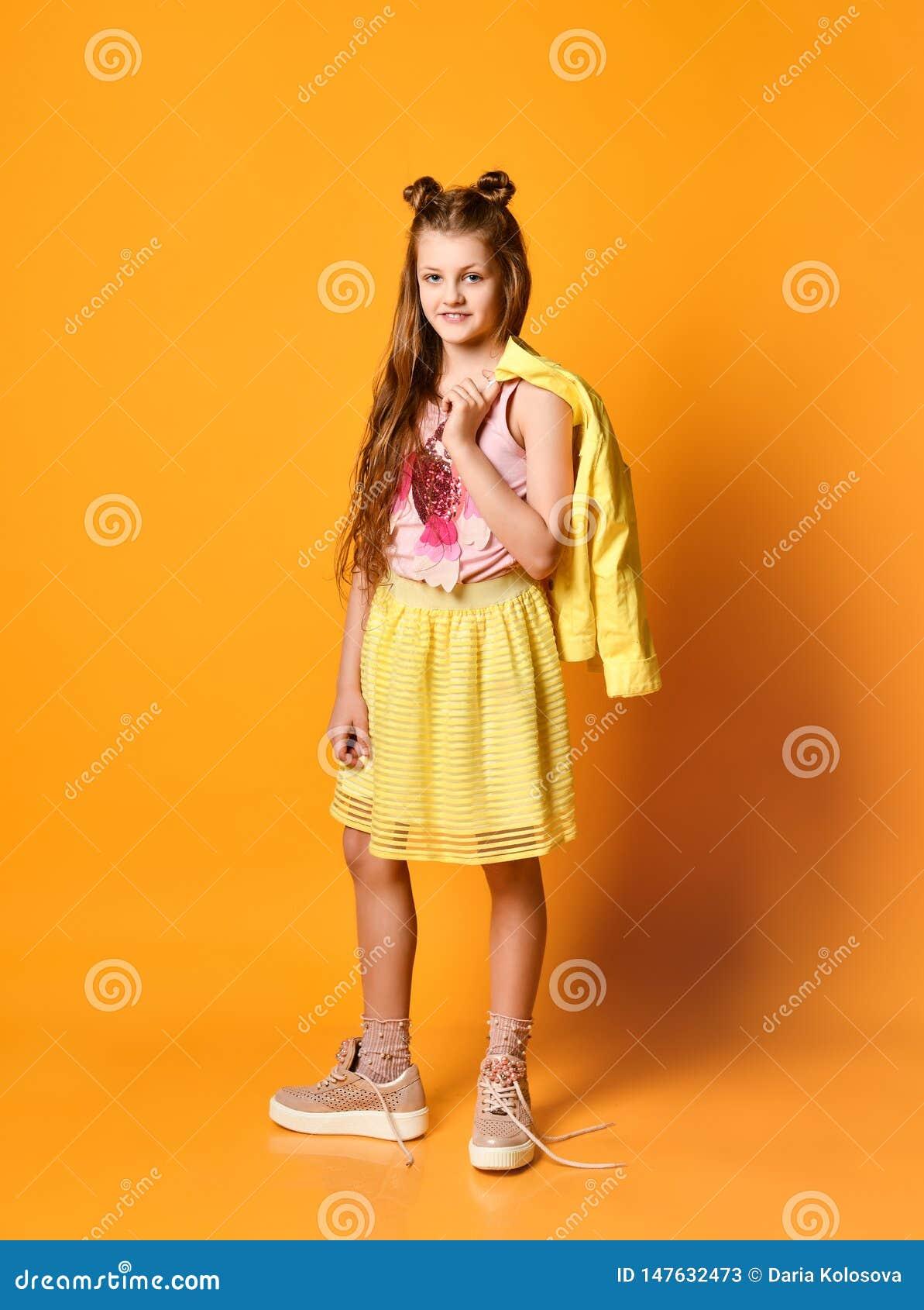 Fille dans la jupe et la veste