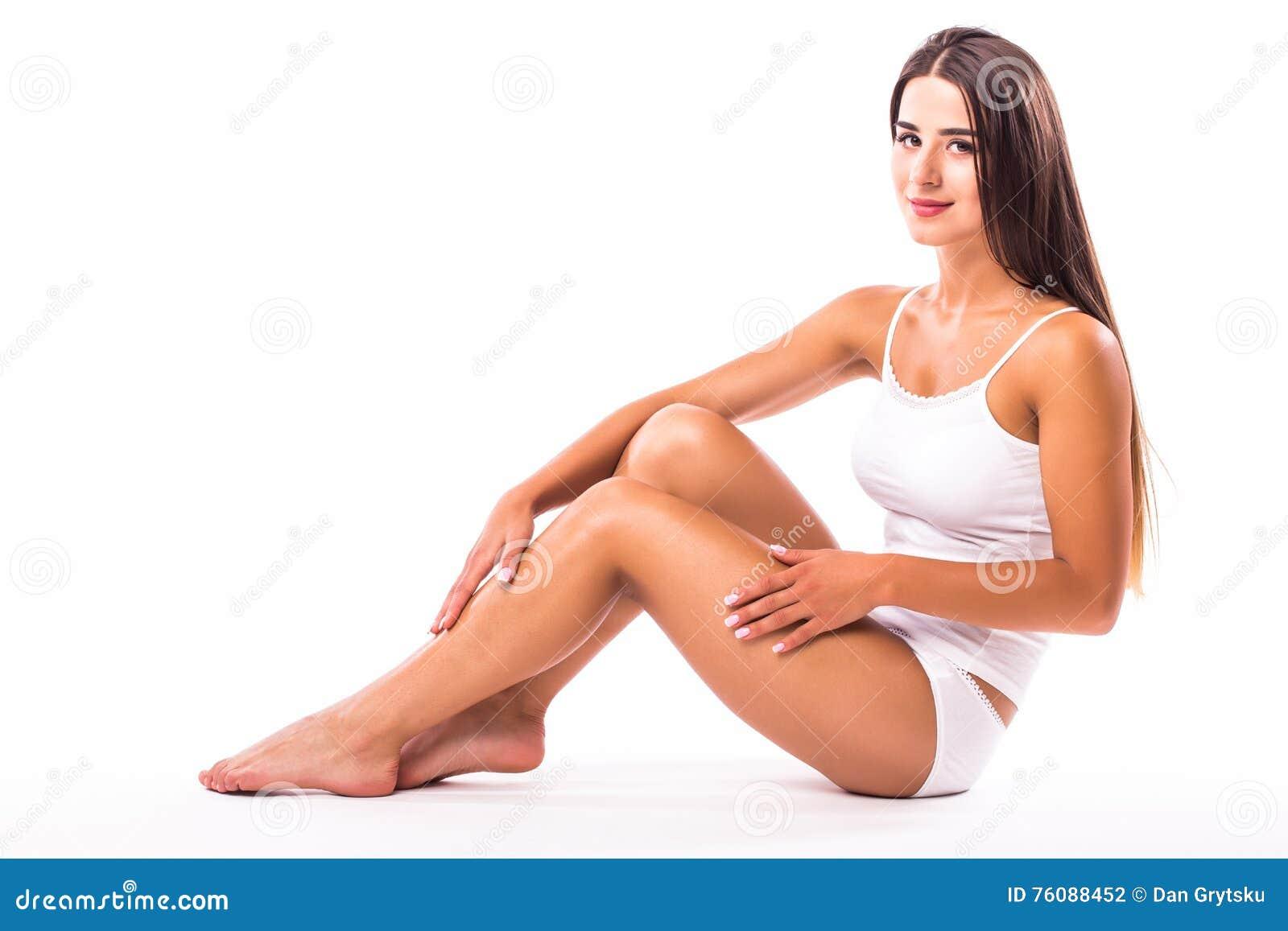 Fille dans la lingerie blanche sur le plancher blanc