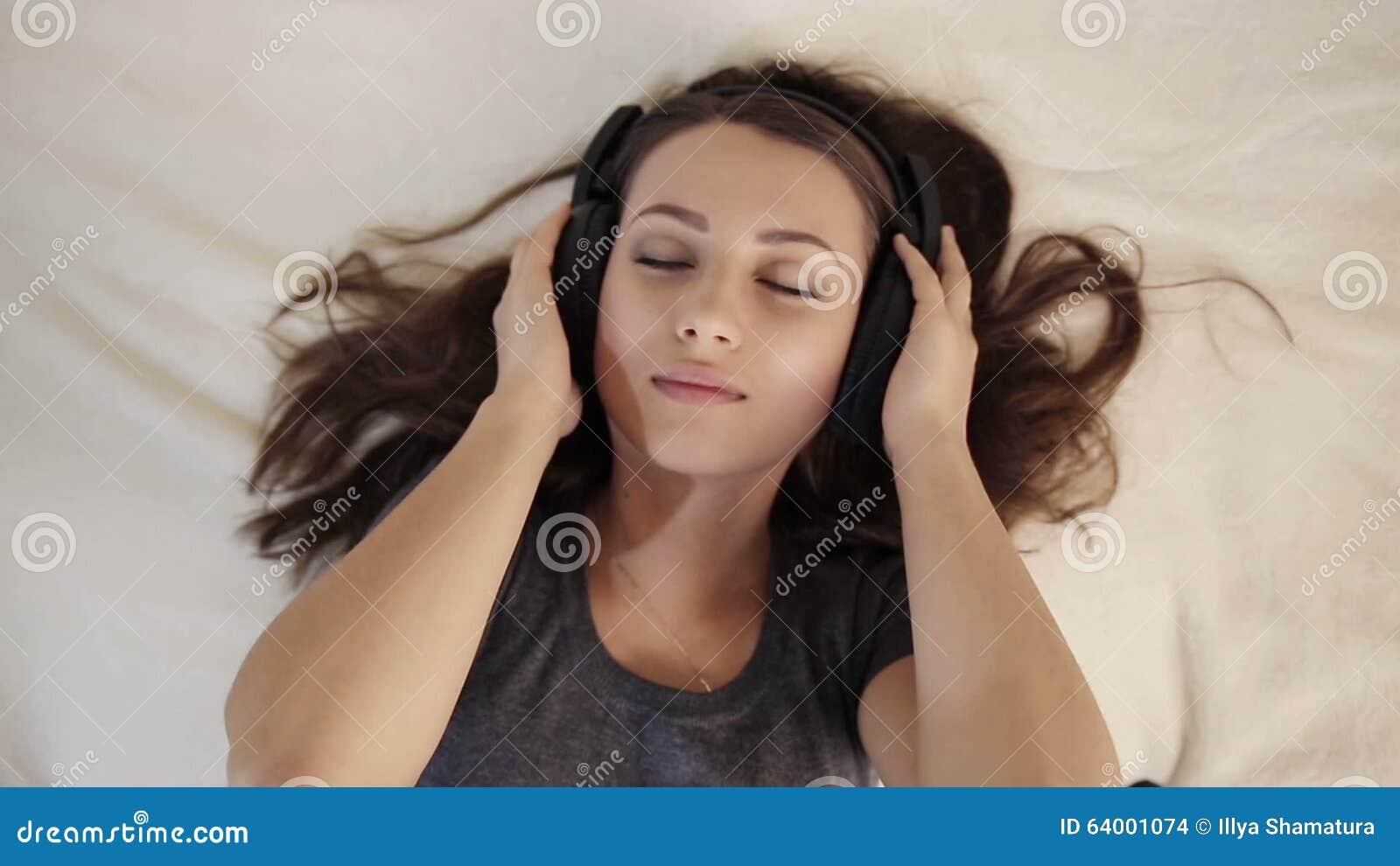 Musique et son videos et video clips stock de objets et articles par dreamstime - Video d amour dans le lit ...
