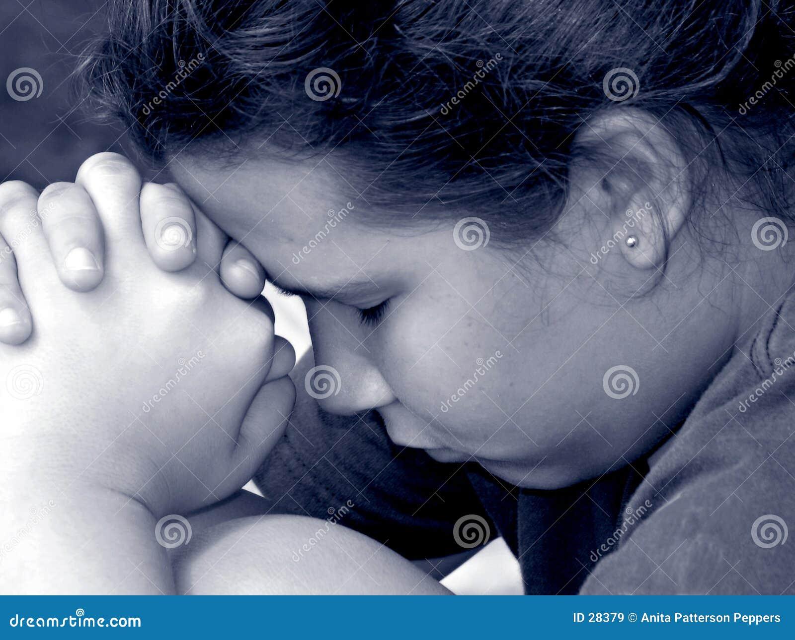 Fille dans la prière