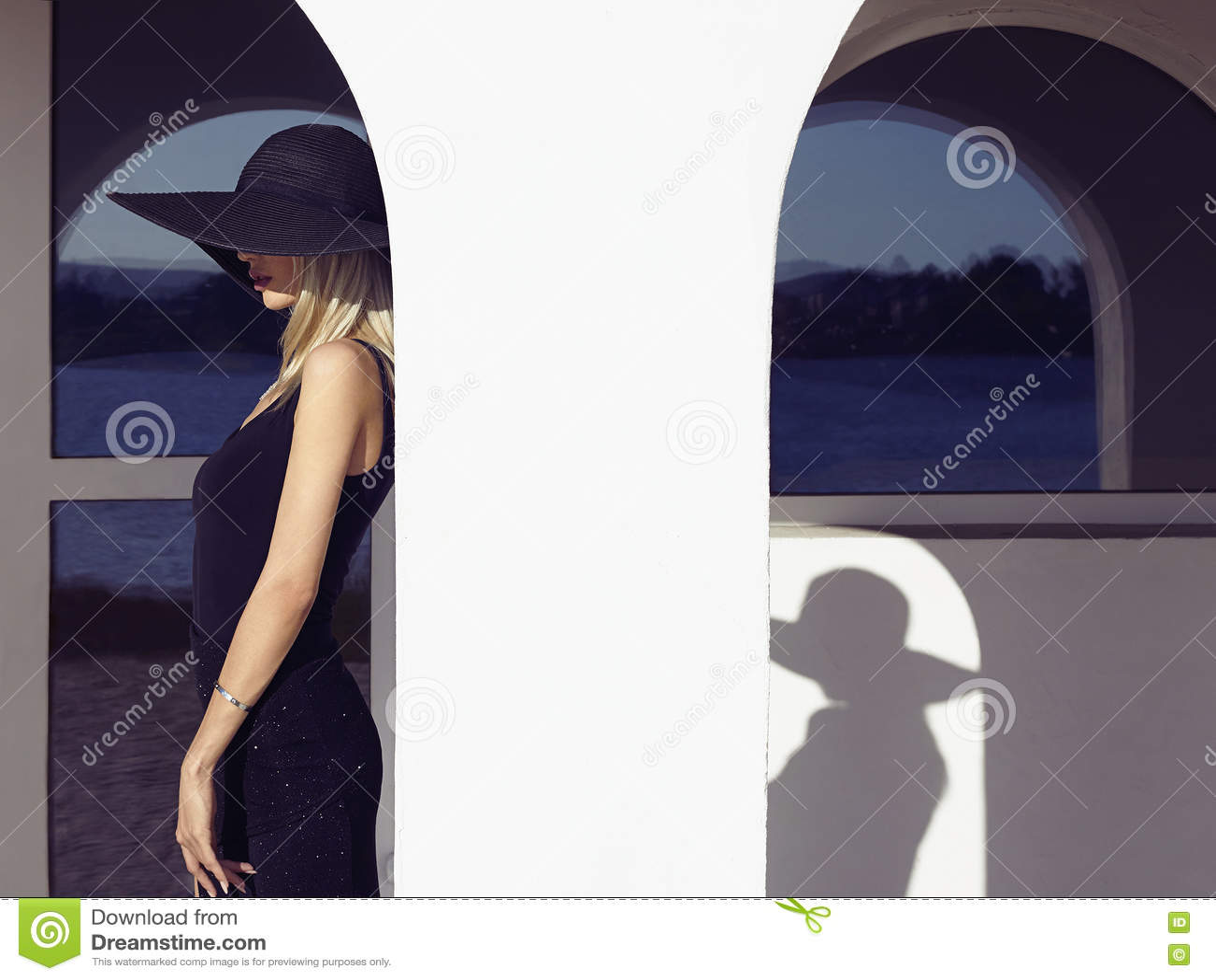 Fille dans la robe et le chapeau noirs