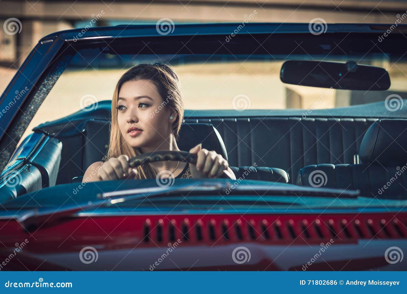 Fille dans la voiture