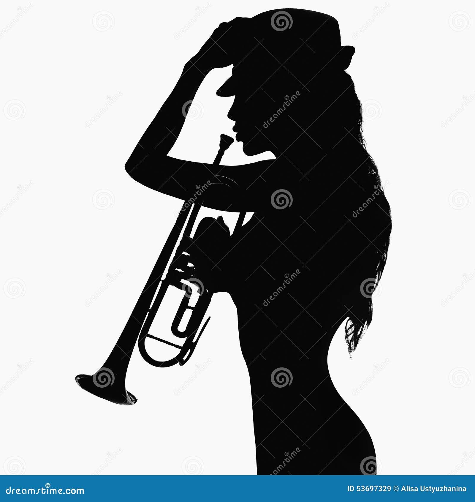 Fille dans le chapeau avec la trompette
