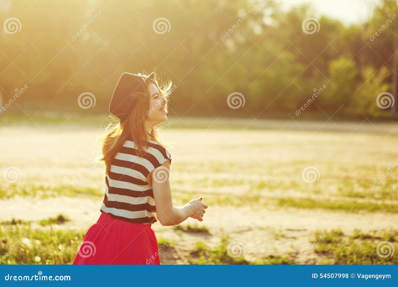 Fille dans le chapeau et la robe pour une promenade en parc