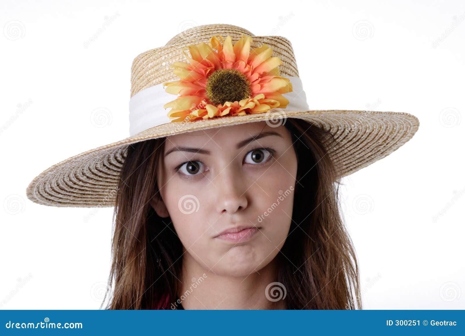 Fille dans un chapeau de tournesol