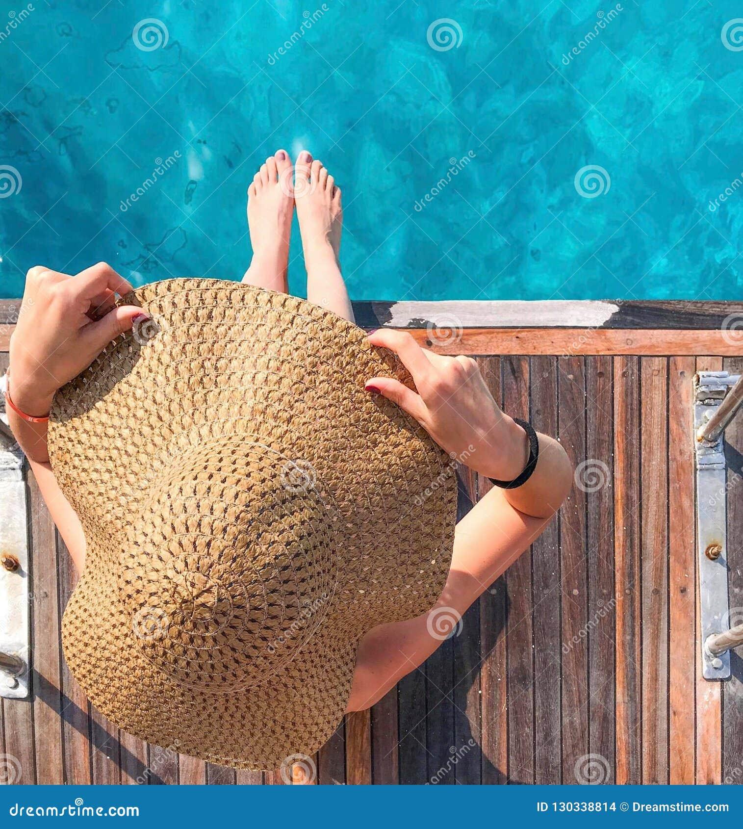Fille dans un chapeau sur un yacht
