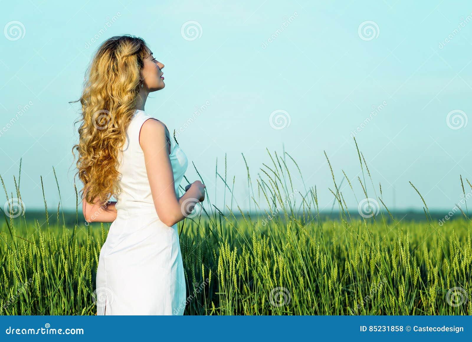 Fille dans un domaine de blé